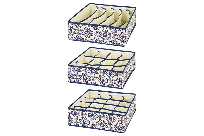 Кофр для хранения вещей EL Casa Синий узор, бежевый371306Кофр складной для хранения El Casa идеально подходит для эргономичного хранения вещей. Кофр выполнен из высококачественного материала с плотными картонными вставками, крышкой и двумя ручками. В сложенном виде кофр совсем не занимает места, он очень компактно упакован. В рабочем состоянии размеры кофра 50*40*30 см, на двух боковых стенках удобные ручки. В коллекции складных кофров множество расцветок - от однотонных до ярких и цветочных. Кофры представлены в разных формах и размерах — кофры прямоугольные, кофры для хранения одеял, кофры подвесные, кофры для белья с ячейками, органайзеры для мелочей и кофры для обуви с разделителями — все это поможет вам упаковать вещи на летний или зимний сезон, собраться к переезду на дачу и просто эргономично организовать хранения вещей.