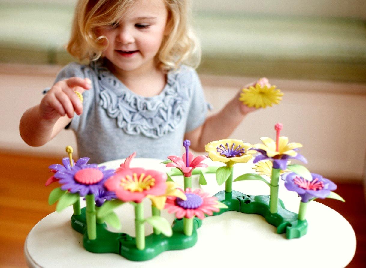 Развивающая игрушка BeeZee Toys Креативный развивающий конструктор игра Цветочный сад, 86 деталей конструктор thinkertoy сказочный сад 98 деталей