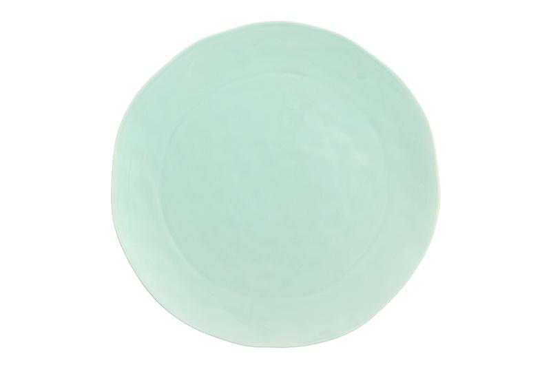 Тарелка Elan Gallery Морской бриз, 760082, зеленый, бежевый760082Тарелка сервировочная из серии «Модерн» диаметром 25 см выполнена из высококачественного фарфора по особой технологии обжига, при которой цвет не тускнеет со временем. Современный необычный дизайн — вся посуда этой серии выполнена в особой технике «мятой бумаги», в производстве которой используется только высококачественный костяной материал. Тарелка вместительная, но легкая, а лаконичность и нежное цветовое решение — внешняя и внутренняя сторона окрашены в разные сочетающиеся между собой цвета - сделают любой обычный ужин уникальным. В ассортименте серии также представлены Салатники, десертные тарелки, кружки, чайные пары в двух расцветках - «Мятный бриз» и «Пудровая роза», которые прекрасно смотрятся как одной серией, так и миксом, так как все цвета прекрасно сочетаются друг с другом.