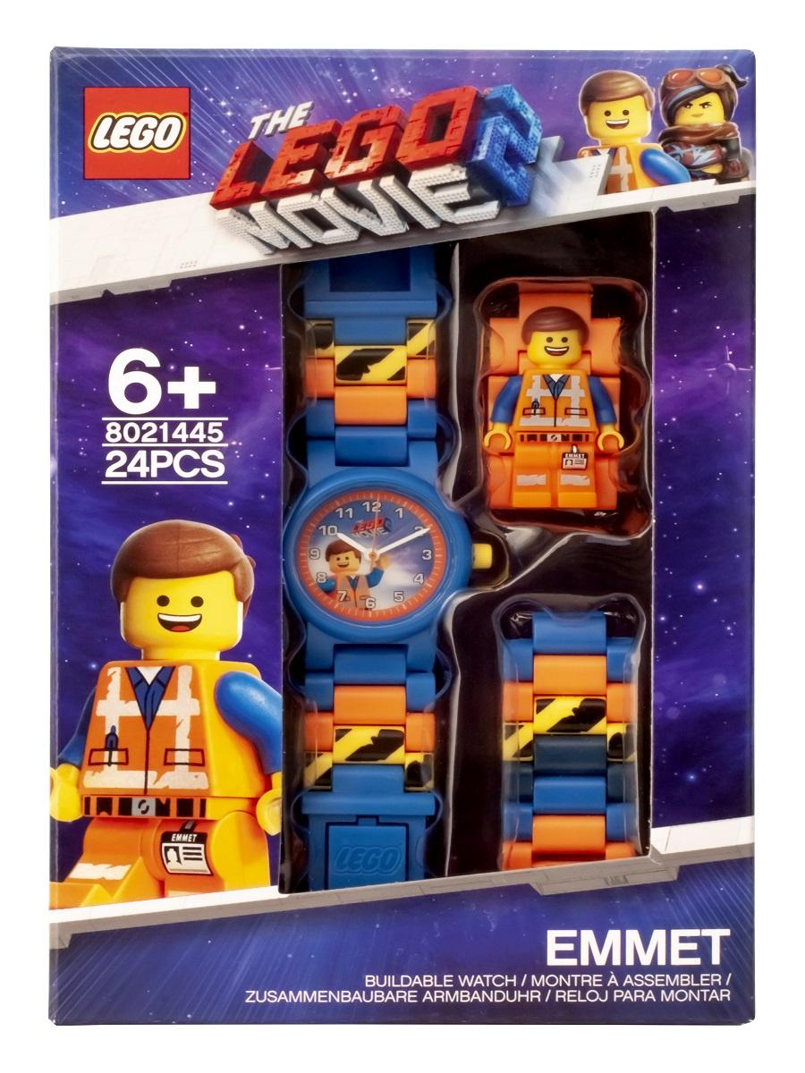 Часы LEGO Movie (Муви), оранжевый8021445Наручные аналоговые часы LEGO имеют высококачественный японский кварцевый механизм и отличаются надежностью и точностью хода. Они способны выдержать статическое давление 50-метрового водяного столба (5 атмосфер). Такая водонепроницаемость позволяет работать с водой в часах. Нельзя использовать для ныряния, прыжков в воду, виндсерфинга и т.п. Линза часов имеет высокую устойчивость к царапинам, поэтому их может носить даже самый неугомонный и неаккуратный мальчишка. Пластиковые браслеты имеют прочный механизм сцепления, а сменные секции позволяют удлинить или укоротить браслет. В составе часов не содержится никеля и ПВХ. Фирменные наручные часы от компании LEGO станут замечательным подарком любому любителю и фанату конструкторов. Характеристики: Диаметр циферблата наручных часов: 2,5 см. Длина ремешка наручных часов (с учетом корпуса): 21 см. Ширина ремешка: 2 см. Количество деталей: 24. Материал: пластик Батарейки:1x SR626SW Изготовитель: Китай. Рекомендуемый возраст: от 6 лет.
