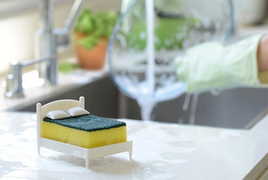 Губка MARKETHOT Губка кухонная для посуды на подставкеZ01620Миллионы людей по всему миру ежедневно складывают грязные тарелки и намыленные кухонные губки, дабы придерживать в доме чистоту (ну, или в том случае, если чистая посуда закончилась). Так вот, для упрощения этой незатейливой процедуры израильская дизайн-студия разработала проект кроватки для кухонных губок. Нет, это не деталь из набора барби-комнат, а специально сконструированная кровать для кухонной губки. Находясь в таком комфортабельном ложе, губка расстается с излишком впитанной воды и сохраняет свою упругость.И, что не менее важно, подобная «мебель» станет оригинальным дополнением для любой кухни.