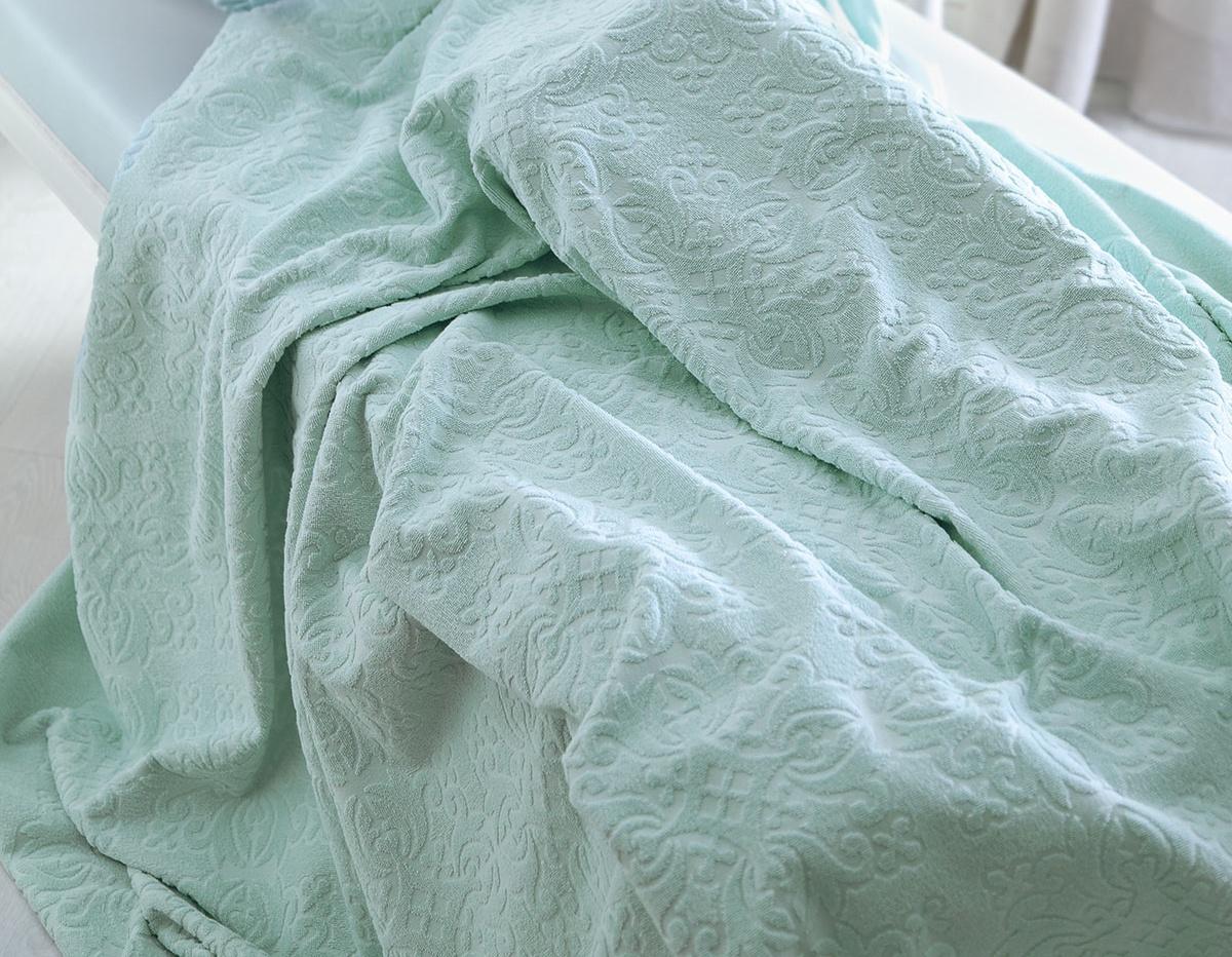 Покрывало Tivolyo home ALORA, бирюзовый, бирюзовый1244T10011187Покрывало махровое жаккард Tivolyo home– незаменимая вещица для вашего дома и уюта, которая выполняет несколько функций:- заменит простынь, спать вам будет приятно и комфортно;- станет стильным покрывалом, с идеально выполненным жаккардовым рисунком и не броской цветовой гаммой;- может послужить вам пледом летними ночами и вечерами;- заменит вам большое полотенце, которое очень быстро впитывает влагу и прекрасно стирается.Покрывало махровое жаккард Tivolyo home изготовлено из 100% хлопковой махровой ткани с жаккардовым рисунком, высокой плотности. Покрывала прекрасно стираются, износостойки, не теряют цвет при стирке.Tivolyo home – элитный бренд турецкого текстиля, зарекомендовавший себя в России с 1992 года. Tivolyo home – это 100% гарантия качества.Покрывало махровое жаккард Tivolyo home выпускается в фирменной подарочной упаковке и может стать прекрасным подарком.