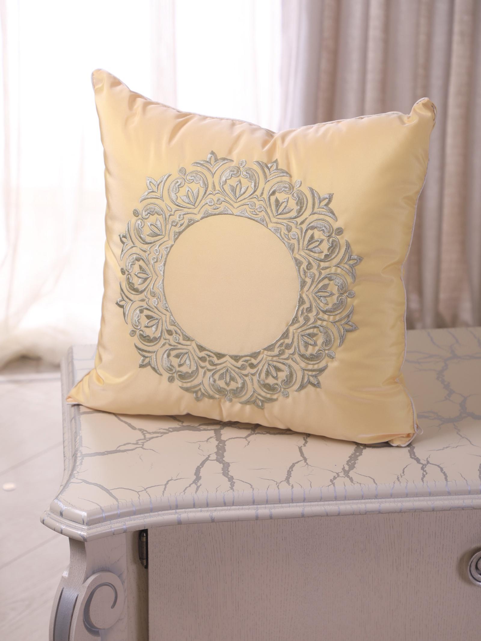 Подушка декоративная с вышивкой и кантом FLAUM HOME/ФЛАУМ ХОУМ, медовый, 50х50 недорго, оригинальная цена