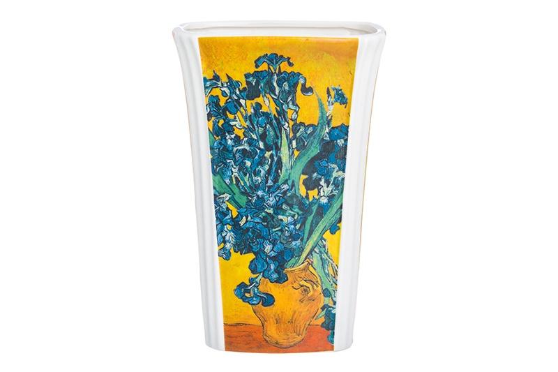 """Ваза Elan Gallery Ирисы в вазе, желтый, синий420264Ваза """"Ирисы в вазе"""" размером 13х10х22,5 см выполнена из высококачественного костяного фарфора нового поколения, благодаря современным технологиям фарфор New Bone China не уступает традиционному костяному фарфору в прозрачности, белизне и прочности, но при этом гораздо экологичнее в производстве. Яркий и узнаваемый сюжет - ирисы на желтом фоне кисти Винсента Ван Гога удачно впишется в любой интерьер и добавят яркости, легкости и романтики. Ваза упакована в прочную и подарочную упаковку и станет прекрасным подарком."""