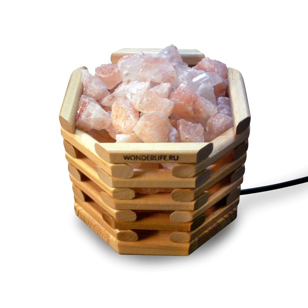 Настольный светильник Wonder Life «ОКТАГОН», розовыйSLL-12070-W3Лампа премиум класса с деревянным абажуром, выполненном в тёмном цвете. Абажур наполнен кристаллами из розовой Гималайской соли. Внутри абажура находится лампа накаливания, которая нагревает и нежно освещает соляные кристаллы, делая атмосферу очень уютной и комфортной. Поставляется в подарочной коробке.