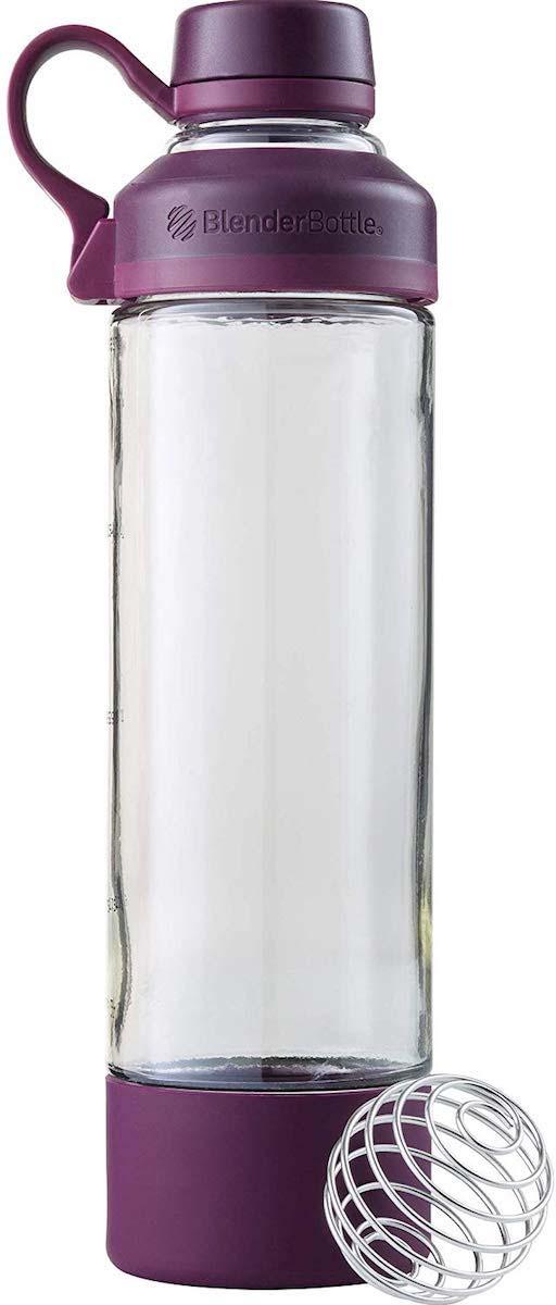 Шейкер спортивный BlenderBottle Mantra, фиолетовый, 591 млBB-MA20-PLUMНе зависимо пьете вы воду во время занятий йогой или смешиваете восстанавливающий коктейль после напряженной силовой тренировки, в питье прямо из стекла есть что-то просветляющее и вдохновляющее. - Идеальная гладкость Скажите прощай комочкам плохо размешанного протеина в своем коктейле! Запатентованная смешивающая система, использующая шарик-пружинку BlenderBall - можно найти только в фирменных шейкерах BlenderBottle - делает протеиновые и питательные коктейли исключительно гладкими с легкостью. - Стеклянное горлышко Уникальное, расположенное по центру стеклянное горлышко создает гладкую, присущую только стеклу, приятную поверхность. Но, бутылка Mantra оснащена также и широким горлом для мытья, добавления ингредиентов и льда. - Стеклянное тело, усиление силиконом. Стеклянное тело бутылки Mantra расположено между силиконовым ложем и силиконовой крышкой для устойчивости и надежного охвата. - Отстегивающаяся петля Удобная, отстегивающаяся петля для переноски позволит Вам с легкостью прикрепить ключи от шкафчика, электронный браслет или пристегнуть бутылку к сумке Уход: - Мыть сразу после использования - Мыть на верхней полке посудомоечной машины Предостережения: - Во избежание разбрызгивания не наполнять горячими или газированными напитками - Не использовать в микроволновке - Давление внутри бутылки может увеличиться, поэтому отрывать крышку направляя от себя