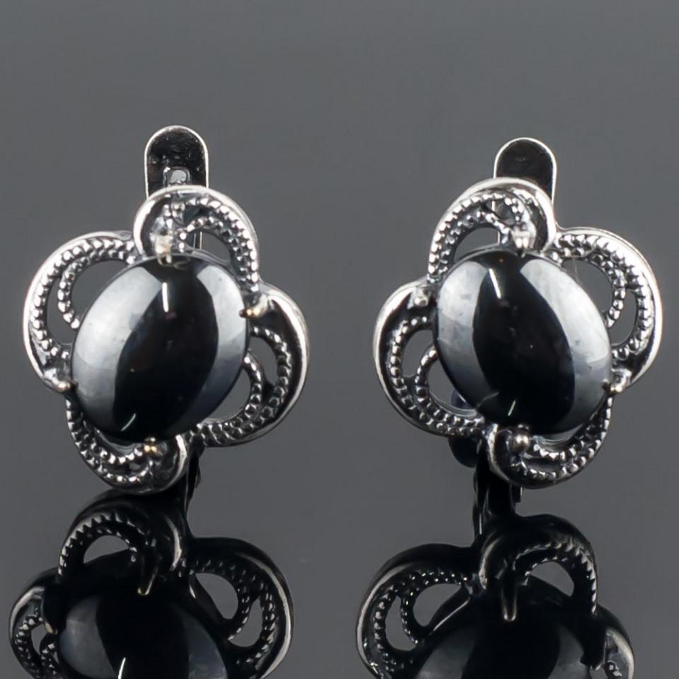 Серьги бижутерные Мастерская Крутовых мс-8156, Бижутерный сплав, Гематит, серыймс-8156Размер камня: 10х7 мм. Длина серьги 1,5 см. Замок: английский. Металл: ювелирный сплав с посеребрением. Это украшение выглядит так, словно его покрывает напыление из чёрного металла! Между тем, это камень, и притом очень мягкий и эффектный - это гематит! Необыкновенный вид этого неординарного камня каждому украшению придаёт новое звучание, но эта вещица по-особенному хороша!