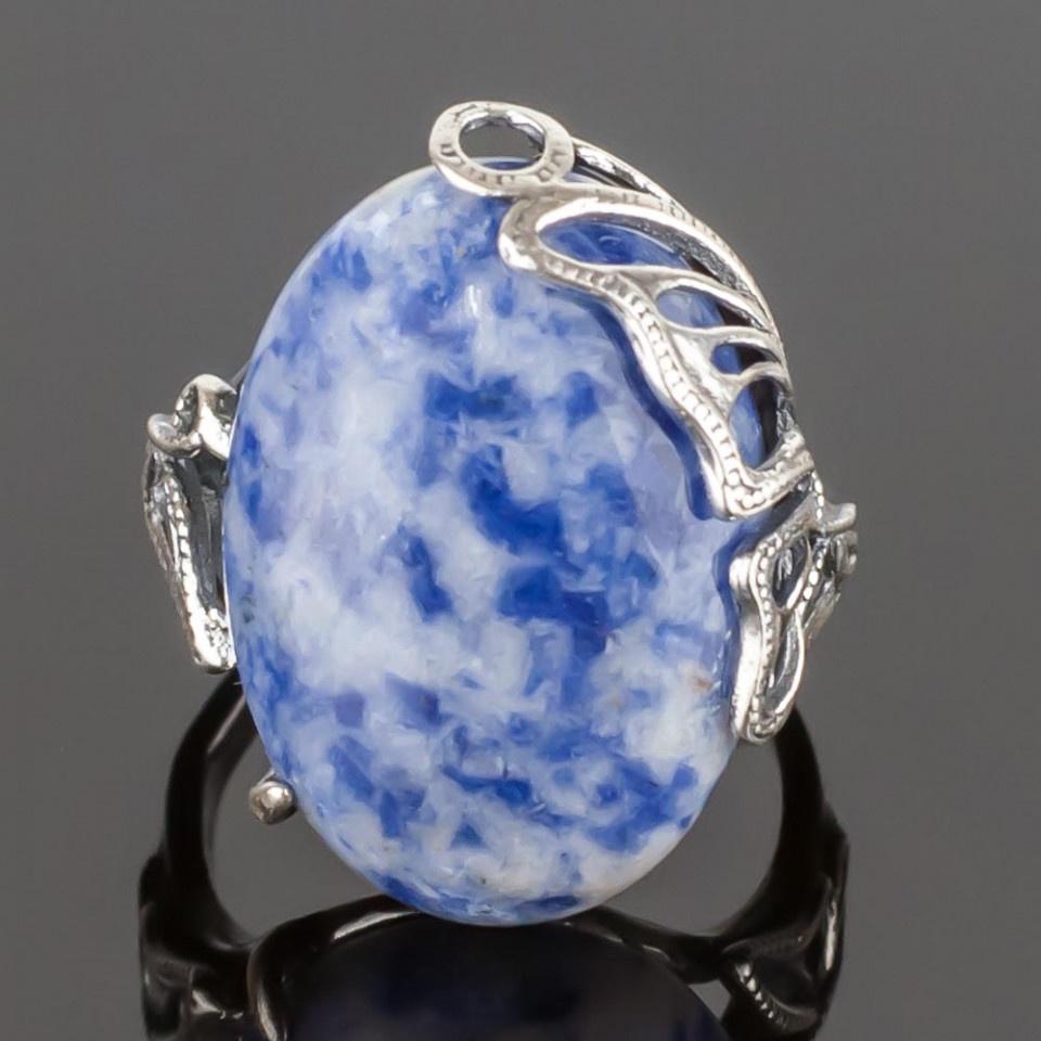 Кольцо бижутерное Мастерская Крутовых мк-8094_р.19, Бижутерный сплав, Содалит, 19, голубоймк-8094_р.19Размер камня: 30х16 мм. Металл: ювелирный сплав с посеребрением. Синий содалит - это камень нарядный и эффектный. Он имеет цвет тёплого южного моря. Манящий цвет содалита особенно понравится обладательницам синих глаз - ведь с этим великолепным украшением, в котором мерцает синий содалит, ваши прекрасные очи засияют, словно звёзды!