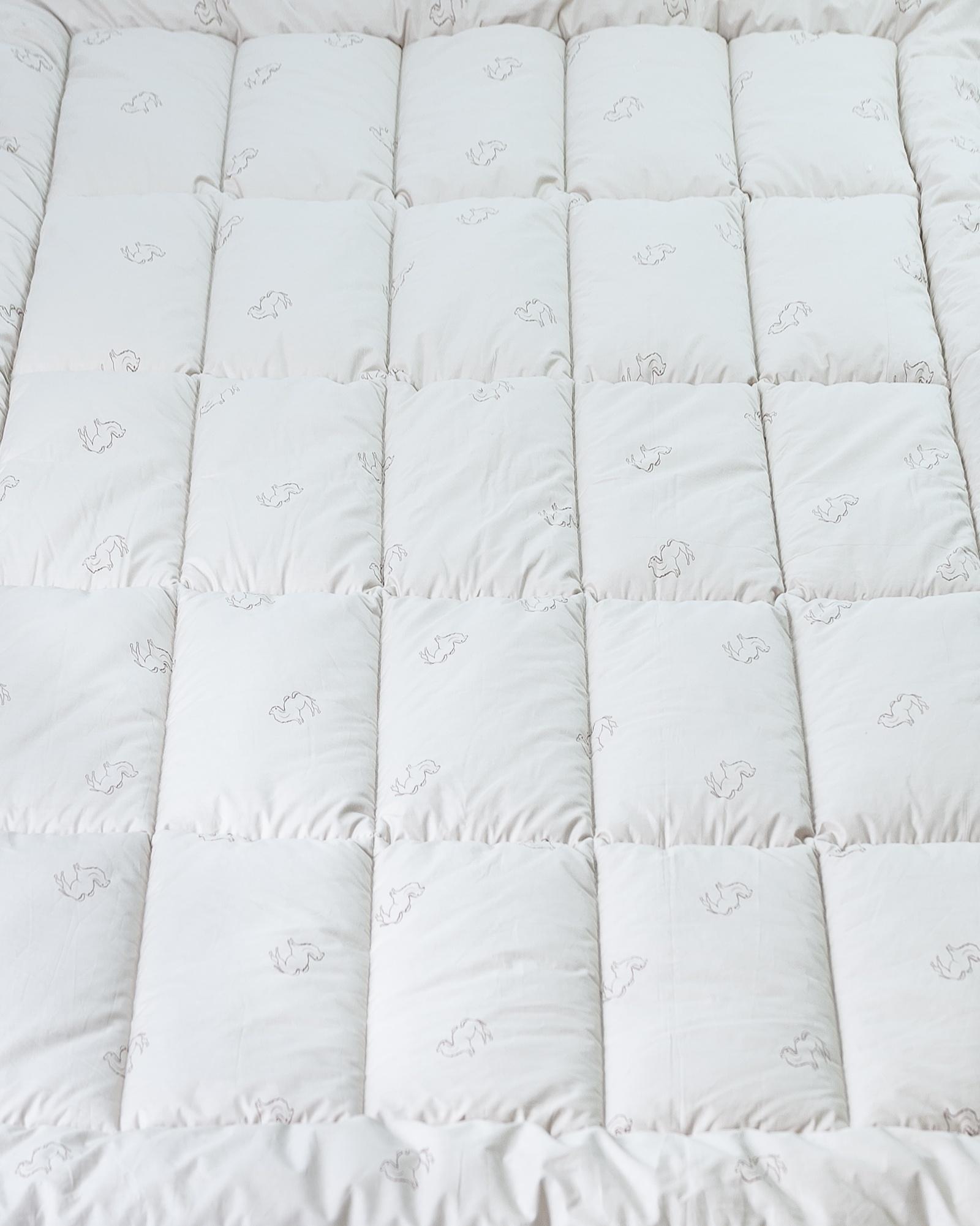 """Одеяло Sovinson Original Camel, бежевыйSV0052Сезонность: всесезонное (300 г/м2)Наполнитель: верблюжья шерстьТкань чехла: 100% хлопок (сатин)Размер: 172х205Упаковка: сумка из спанбонда (белая)Домашний текстиль из коллекции """"Original"""" – это комфортные и воздушные изделия, под которыми не жарко летом, тепло и уютно зимой. Изделия выполняются из природных материалов, которые отлично подойдут даже людям с кожей особой чувствительности, склонной к возникновению раздражения и аллергии. Человек сможет полноценно отдохнуть и расслабиться в постели только с использованием высококачественных изделий. Здоровый сон обеспечивает бодрость и отличное самочувствие днем. Использование продукции «Sovinson» в быту – это залог здоровья тела и духа и качественное восстановление жизненных сил ночью."""