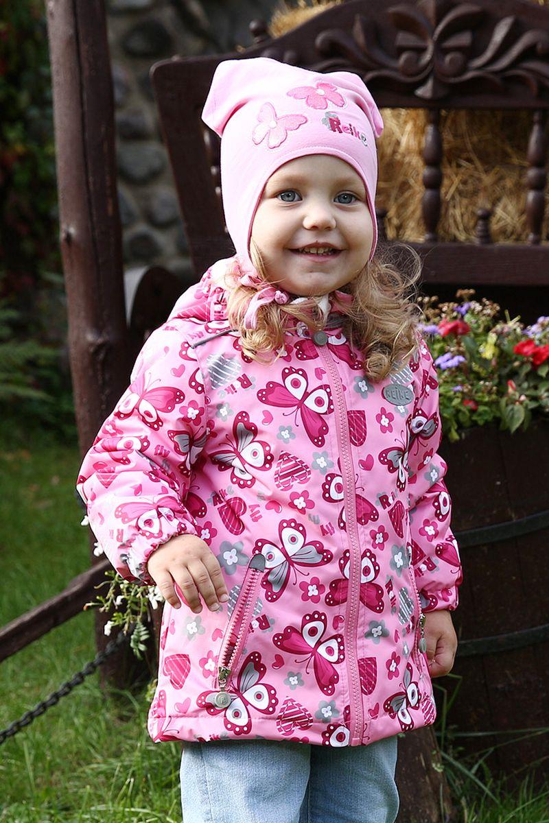 Куртка для девочки Reike, цвет: розовый. 42 500 002 BTF(60) pink. Размер 104, 4 года42 500 002 BTF(60) pinkКуртка детская Reike Butterflies pink из ветрозащитной и водонепроницаемой дышащей мембранной ткани, декорированной веселым принтом с бабочками. Выполнена на хлопковой подкладке, с вставками из велюра на воротнике, в манжетах и капюшоне. В рукавах для удобства надевания используется гладкий полиэстер. Удлиненная модель имеет отстегивающийся капюшон-гномик, два кармана на молнии и множество светоотражающих деталей. Сзади на талии куртка присборена резинкой. Базовый уровень. Коэффициент воздухопроницаемости 2000гр/м2/24 ч. Водоотталкивающее покрытие: 2000 мм. Утеплитель: Polyfill 60 грамм. Состав: 100% полиэстер, подкладка: 100% полиэстер.