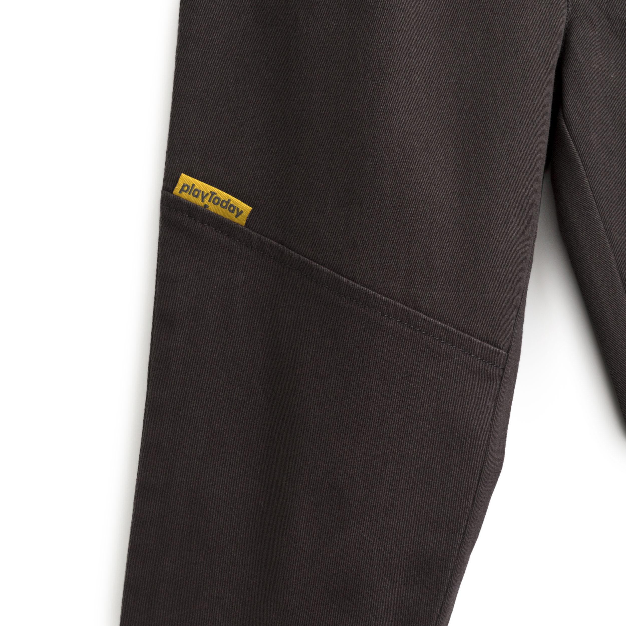 Брюки PlayToday, серый 80 размер19702180Удобные и практичные брюки для мальчиков с высоким содержанием хлопка в универсальной расцветке. Модель на эластичном поясе с декоративной завязкой, ложными карманами по бокам, резинками на манжетах и фирменной яркой нашивкой.