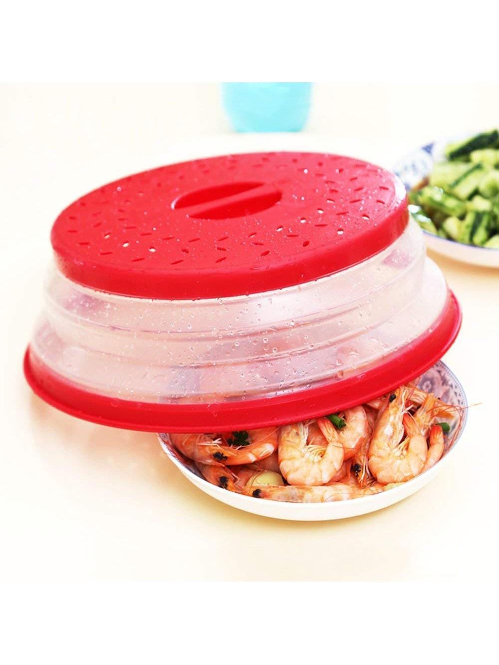 Крышка KitchenAngel KA-MWC-03, красныйKA-MWC-03Эта удобная крышка диаметром 26,8 см подходит для большинства тарелок и чашек и предназначена для разогревания еды в микроволновой печи. Надежно закрывая еду, она защищает от разбрызгивания, сохраняя печь чистой, и при этом предотвращает высыхание продуктов. Специальные вентилируемые отверстия позволяют выпускать пар без появление конденсата. Эту крышку просто мыть и удобно хранить. Легко и быстро раскладывается до 9 см высотой. В сложенном виде высота составляет всего 2,5 см, а яркий цвет позволит ее быстро найти в шкафчике для посуды. Для комфортного использования крышка оснащена выемками, за которые ее удобно брать. Выполненная из качественного пластика, нетоксичного и безопасного для здоровья, крышка подходит для большинства тарелок, мисок и кастрюль, используемых в микроволновой печи. Чистая СВЧ-печь и разогретые не высушенные продукты, сохранившие все свои качества.