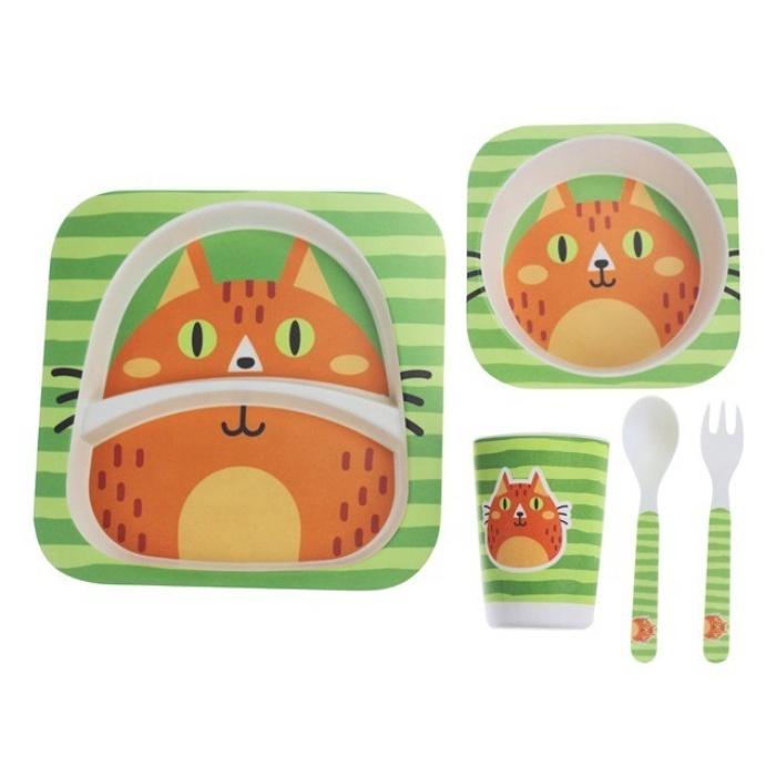 Набор посуды для кормления Yipin Рыжий кот, Бамбуковое волокноJ012-58В наборе 5 предметов:Поднос: 21.2х21.2см, высота 2.5смТарелка: 14х14см, высота 4смКружка: диаметр 6.7см, высота 9.5см, 220млЛожка:13.4х2.7х1смВилка:13.4х2х1смСОСТАВ:60% бамбуковое волокно20% кукурузный крахмал20% смолыБамбуковый набор столовой посуды сделан из экологически чистых материалов растительного происхождения. Безопасен для детей, не выделяет и не впитывает вредных запахов, сохраняет естественный аромат пищи, обладает теплоизолирующими свойствами.Посуда является в меру ударопрочной и очень легкой. Набор легко мыть, подходит для посудомоечной машины. Посуда остается гладкой долгие годы, цветное покрытие не тускнеет даже после многократного мытья.