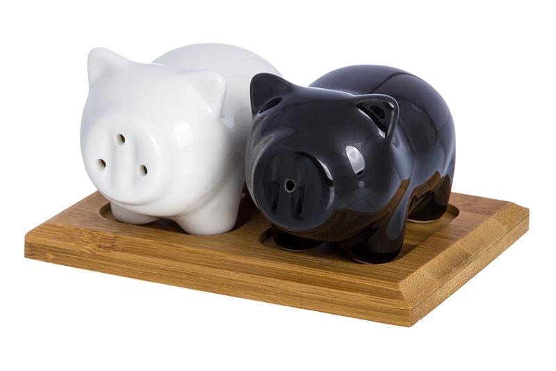 Набор для специй Elan Gallery Свинки, белый, черный, коричневый540224Набор для специй «Свинки» состоит из трех предметов солонки, перечницы и деревянной подставки. Солонка и перечница выполнены в виде фигурок символа 2019 года — свинок. Емкости для специй имеют силиконовую заглушку для простого и удобного наполнения. Солонка и перечница разных цветов, что позволит никогда не путать соль и перец. Свинки выполнены из качественного прочного фарфора и прослужат украшением стола не один год.
