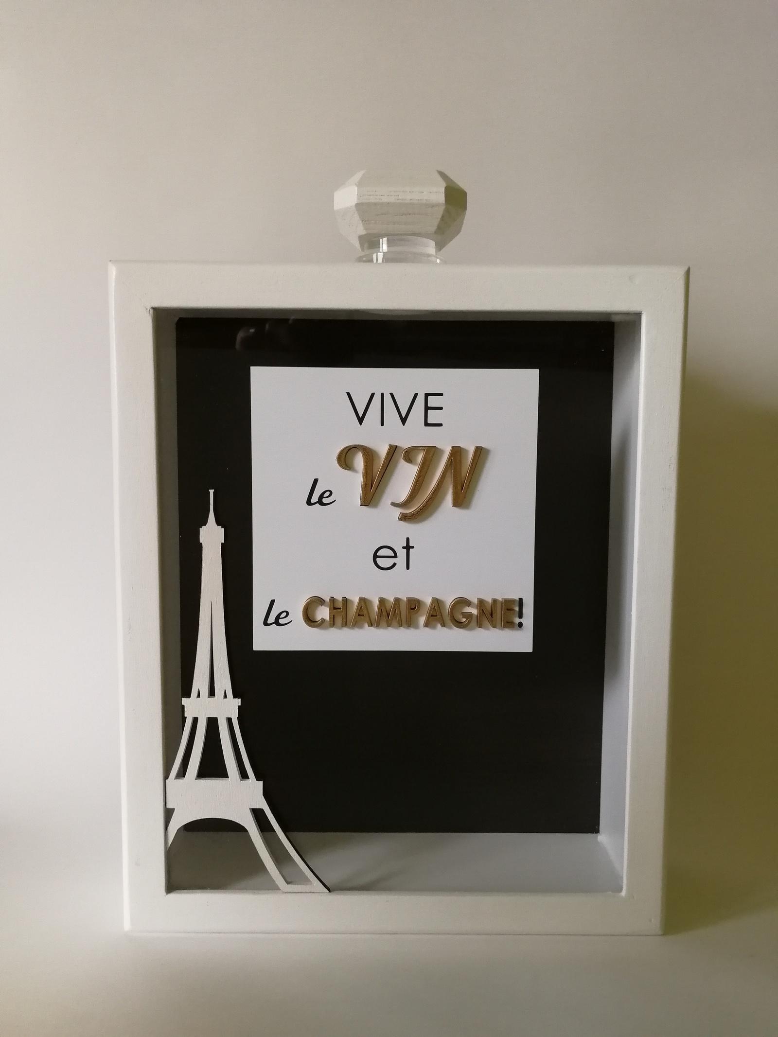Копилка Vive Le Vin для винных пробок Семильон, белыйVV-3108-0113Копилка для винных пробок серия «Cемильон» 350х250х80 Vive Le Vin VV-3108-0113. Корпус выполнен из натурального дерева (Береза), окрашенного в белый цвет. Лицевая часть выполнена из стекла и декорирована надписью «Да здравствует вино и шампанское» (на французском языке, буквами из дерева). Полностью ручная работа, отверстие в копилке позволяет собирать пробки от вина и шампанского. Прекрасно впишется в интерьер настоящих ценителей вина и будет оригинальным и неповторимым подарком. Храните воспоминания необычно!