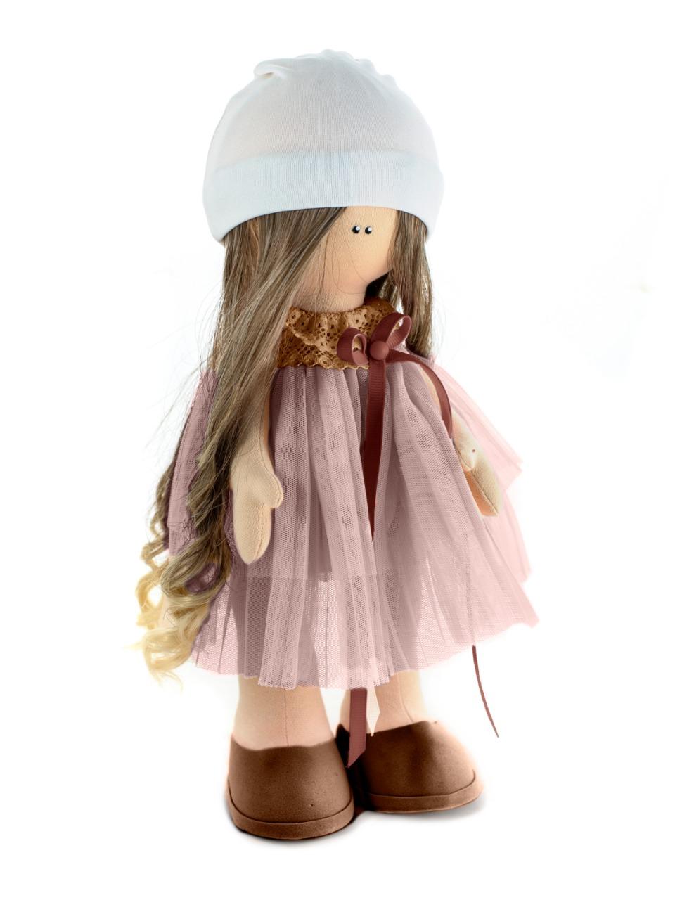Набор для изготовления игрушки Кукольная фея М-8.3М-8.3Куколка с красивым именем Люся в легком платьице из фатина, украшенном ажурным кружевом и атласной лентой понравится каждой юной барышне и станет ее лучшей подругой! Высота куклы - 22 см. В набор для творчества входят все необходимые материалы для создания куклы, выкройки и материал для шитья нарядов, иллюстрированный мастер-класс. Так же вам потребуется наполнитель (100 г) и пенопластовый шар диаметром 6 см для головы.
