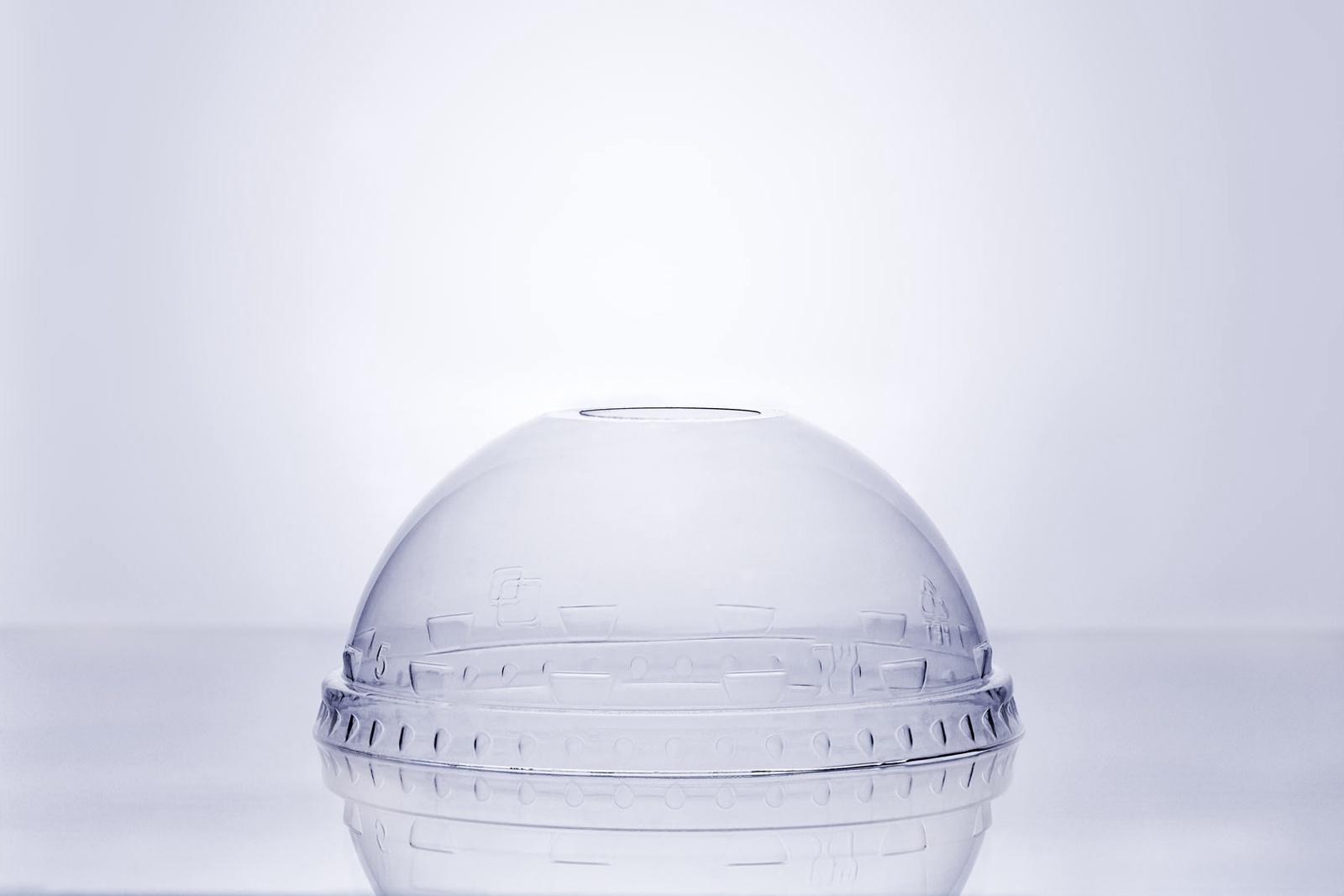 Крышка для напитков Veggo 01-00-01-0295-1, прозрачный01-00-01-0295-1В коробке 800шт.Купольная крышка с отверстием для трубочки обеспечивает плотное и герметичное закрывание стакана. Благодаря сферической форме крышки содержимое стакана не будет расплёскиваться даже на ходу. В комплекте с ПЭТ стаканами Veggo обеспечивает наилучшую функциональность.Совместимость со стаканами Veggo200мл, 300 мл, 400 мл, 500 мл