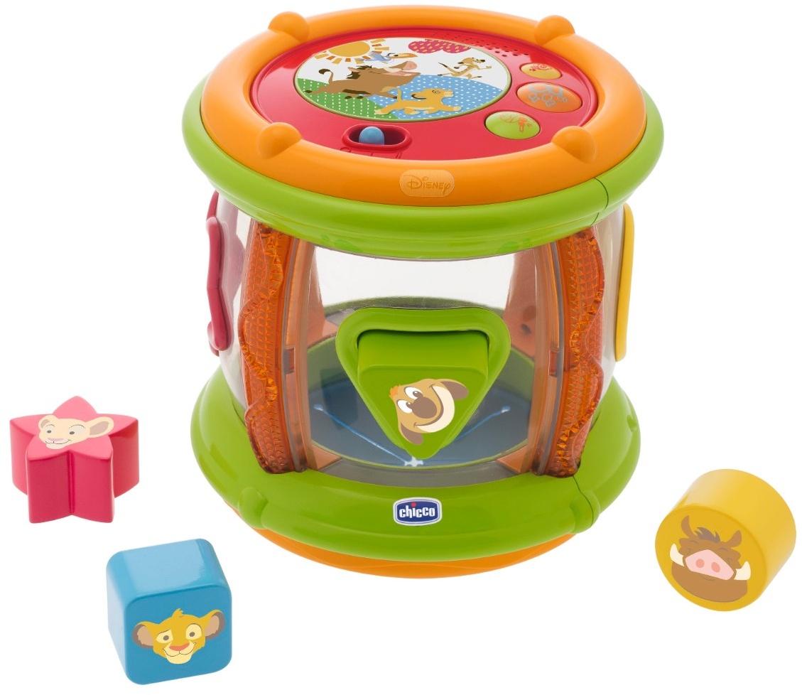 """Музыкальная игрушка Chicco Король Лев61527Музыкальный барабан Chicco """"Король Лев"""" перенесёт малыша в мультипликационный мир Disney.Развивает слуховое и зрительное восприятие, логическое мышление, музыкальные задатки.Режимы игры:Играй! При нажатии на кнопки звучат мелодии, звуки барабана.Собирай! Четыре разноцветные фигурки с разной формой нужно вставить в соответствующие отверстия.Катай! Игрушку цилиндрической формы легко катить. Малыш будет охотно ползать за игрушкой.Возраст: от 6 месяцев.Размер: 18 х 18 х 18 см.Питание: 2 х АА 1.5V (батарейки входят в комплект)."""