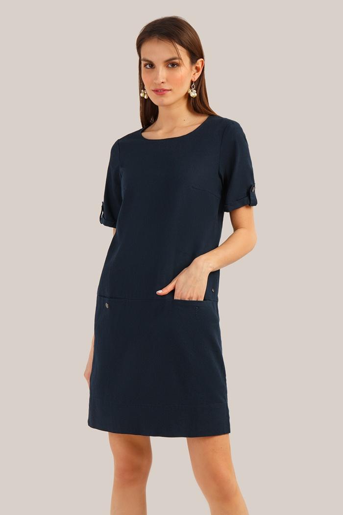 """Платье Finn-Flare, темно-синий 46 размерS19-12075 101 MКомфортная длина миди и короткие рукава делают это платье идеальным вариантом для создания городских образов в повседневном стиле. Платье выполнено из """"дышащего"""" материала и обеспечит комфорт при носке. Модель однотонного цвета отлично впишется в любую повседневную ситуацию: во время непринужденной прогулки или в офисе."""