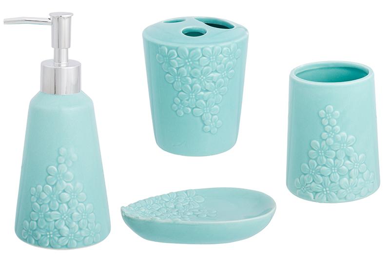 Набор для ванной комнаты Elan Gallery 110873, бирюзовый110873Набор для ванной состоит из 4х предметов - мыльницы, дозатора для мыла объемом 400 мл, подставки для зубных щеток и пасты и баночки для ватных палочек или любой другой вещи. Набор выполнен из качественной керамики в разных цветах и с разными рельефными рисунками. Набор поможет правильно и эстетично организовать ваши вещи в ванной комнате, а дозатор для мыла позволит сэкономить, так как мыло в больших упаковках гораздо дешевле обычного. Дозатор плотно крепится к емкости. Набор упакован в плотную яркую коробку и послужит прекрасным подарком тем, кто ценит удобство и эстетику.