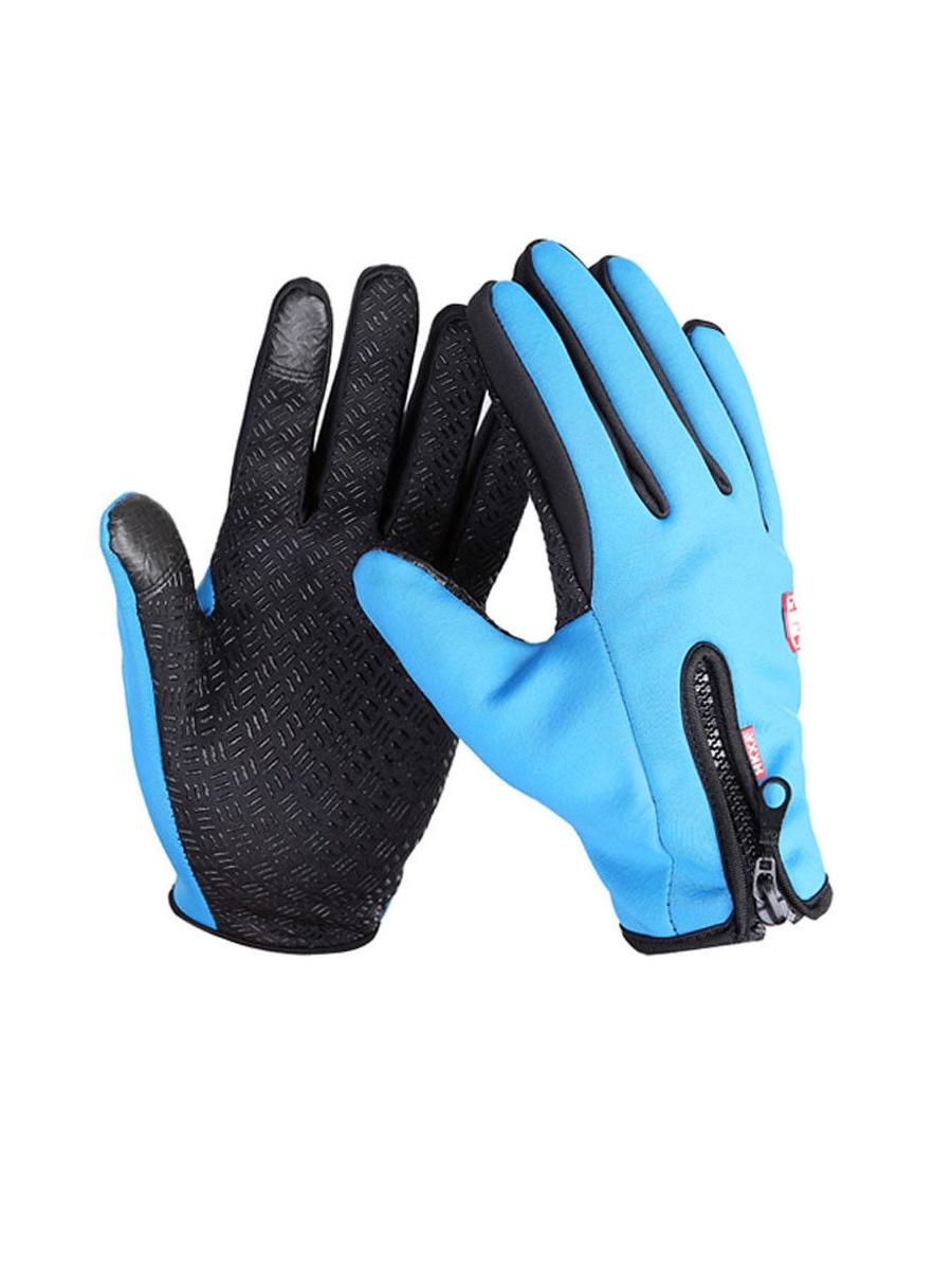 Велоперчатки MoscowCycling MC-GLOVE-05-M, синийMC-GLOVE-05-MЭти непродуваемые теплые велоперчатки подойдут для катания на велосипеде, мотоцикле, сноуборде и лыжах осенью и зимой. Благодаря плотному неопрену, из которого изготовлена поверхность, эти перчатки для велосипеда надежно защитят ваши руки от ветра, а мягкая флисовая подкладка, приятная на ощупь, сохранит тепло внутри. Зимние велоперчатки оснащены специальным покрытием на кончиках сразу трех пальцев (большой, указательный и средний) для управления сенсорными экранами. Благодаря этому, не придется снимать перчатку, чтобы поговорить по телефону или пользоваться планшетом или плеером на улице в холодное время года. Кроме этого, внутренняя сторона ладони перчатки для сенсорных экранов покрыта силиконовыми насечками для лучшего сцепления с поверхностью. А для более удобного надевания на внешней стороне зимней перчатки для велосипеда есть молния, которая в закрытом состоянии стягивает перчатку на запястье, позволяя ей плотно прилегать к руке.