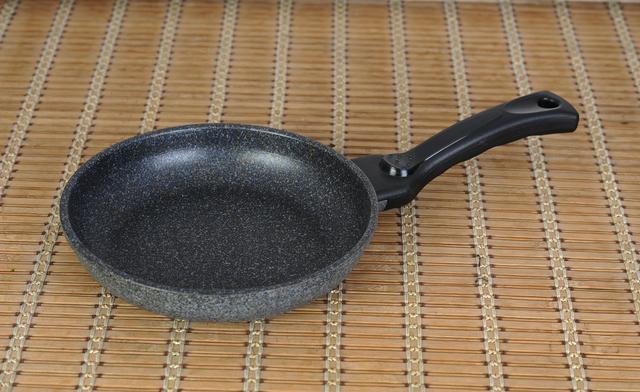Сковорода Gipfel 158415841584 GIPFEL Сковорода ZENIT 28x5,8см из литого алюминия с двуслойным мраморным антипригарным покрытием Teflon Marble, c индукционным дном, с бакелитовой ручкой с покрытием Soft-touch. Толщина: 2,0/5,0мм