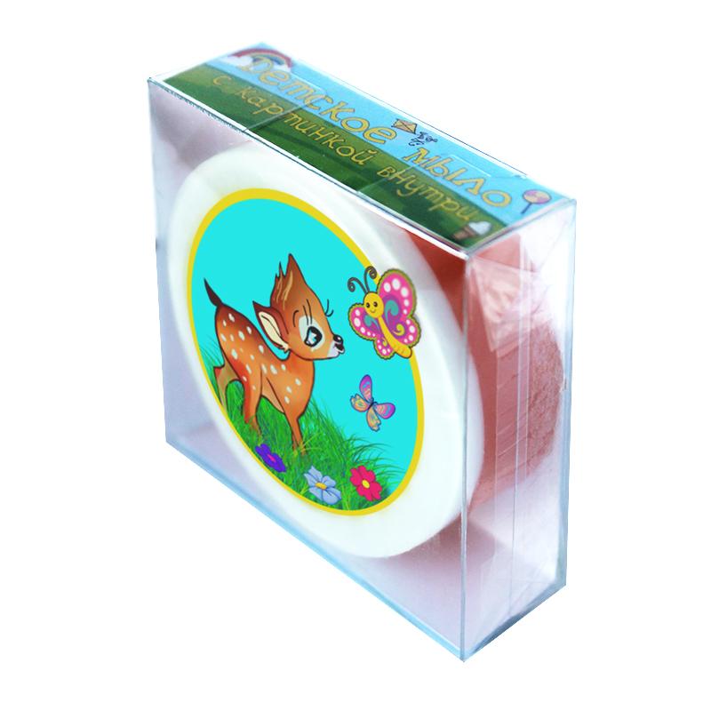 """Мыло туалетное ЭЛИБЭСТ детское с картинкой внутри кусочка Оленёнок, натуральное гиппоаллергенное глицериновое мыло для повседневного пользования для детей от 3 лет, 90 г.ДК001Мыло-открытка – это, прежде всего отличное мыло, которое бережно удаляет загрязнения с кожи рук и тела.Альтернатива обычной открытке.С лицевой стороны, прямо внутри кусочка мыла, размещена оптимистичная картинка с надписью «Лучшему деду». На обратной стороне коробочки размещено душевное стихотворение, посвященное дедушке.Мыло изготовлено из натуральной мыльной основы «sls free», которая не содержит вредных компонентов.Масло абрикосовой косточки, полученное по технологии прямого отжима, сохраняет силу природы. Мягко ухаживает за кожей, как во время мытья, так и после.Мылом очень приятно пользоваться, а после мытья кожа становится чистой и бархатной.Приятный нежный запах мылу придает смесь природных ароматических масел. Аромат сохраняется в мыле до полного использования кусочка.Аромат: """"Яблоко и корица"""" – нотки красного сочного яблока сорта Макинтош, с посыпкой свежемолотой корицей, без примеси запаха выпечки.Для окраски мыла введено несколько капель пищевого пигментного красителя.Картинка внутри мыла постепенно исчезнет, по мере истончения прозрачного слоя. Это происходит незаметно, благодаря специальной водорастворимой бумаге, которая несет изображение и пигментным краскам.Для сохранности и интересности мыло упаковано в комбинированную прозрачную упаковку. Она достаточно прочная. Это позволяет перевозить мыло, оставляя его в полной сохранности."""