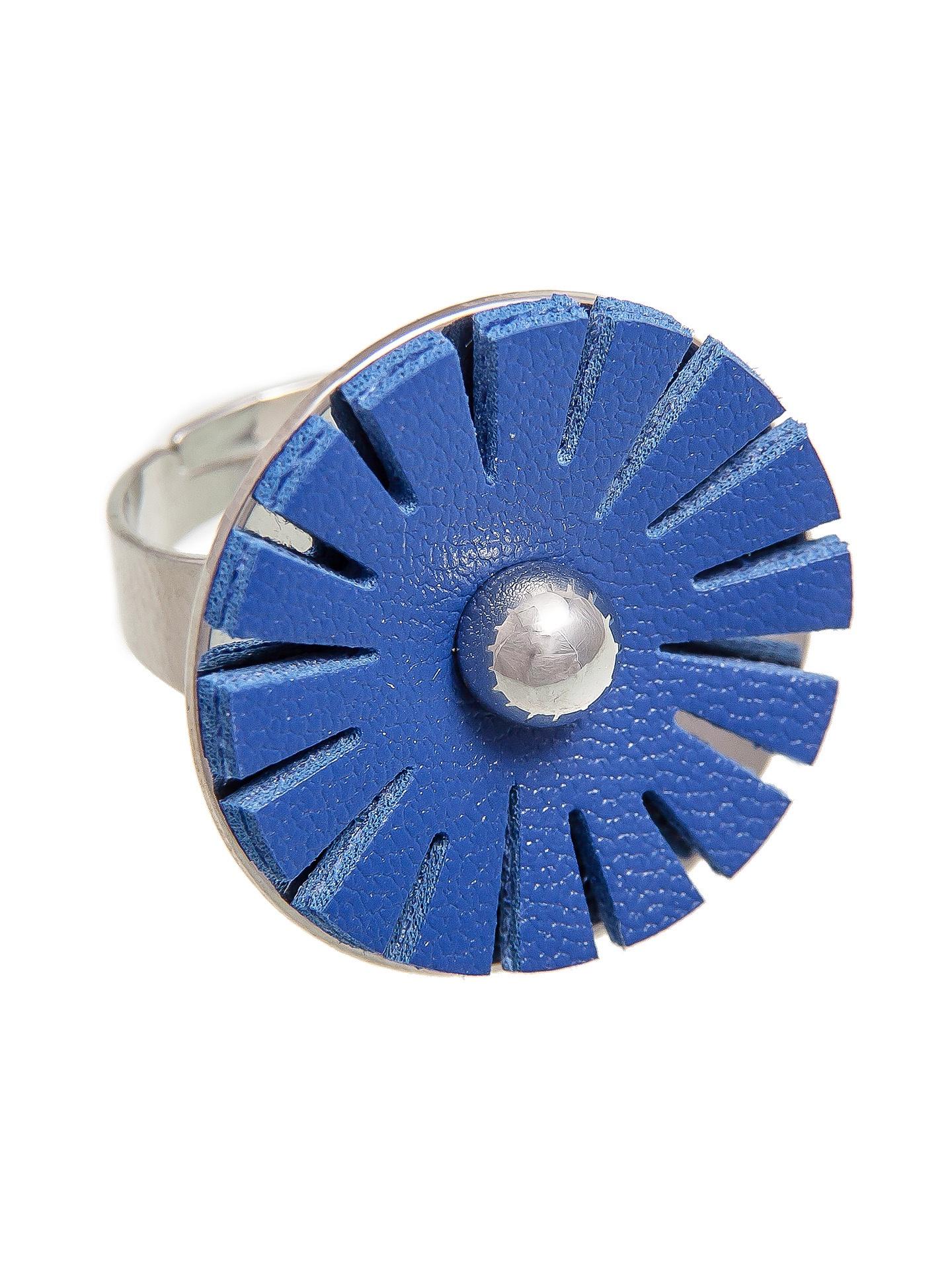 Кольцо бижутерное Aiyony Macie KLC904009R904009Размер регулируется от 18 до 20. Состав: сплав на основе латуни, искуственная кожа