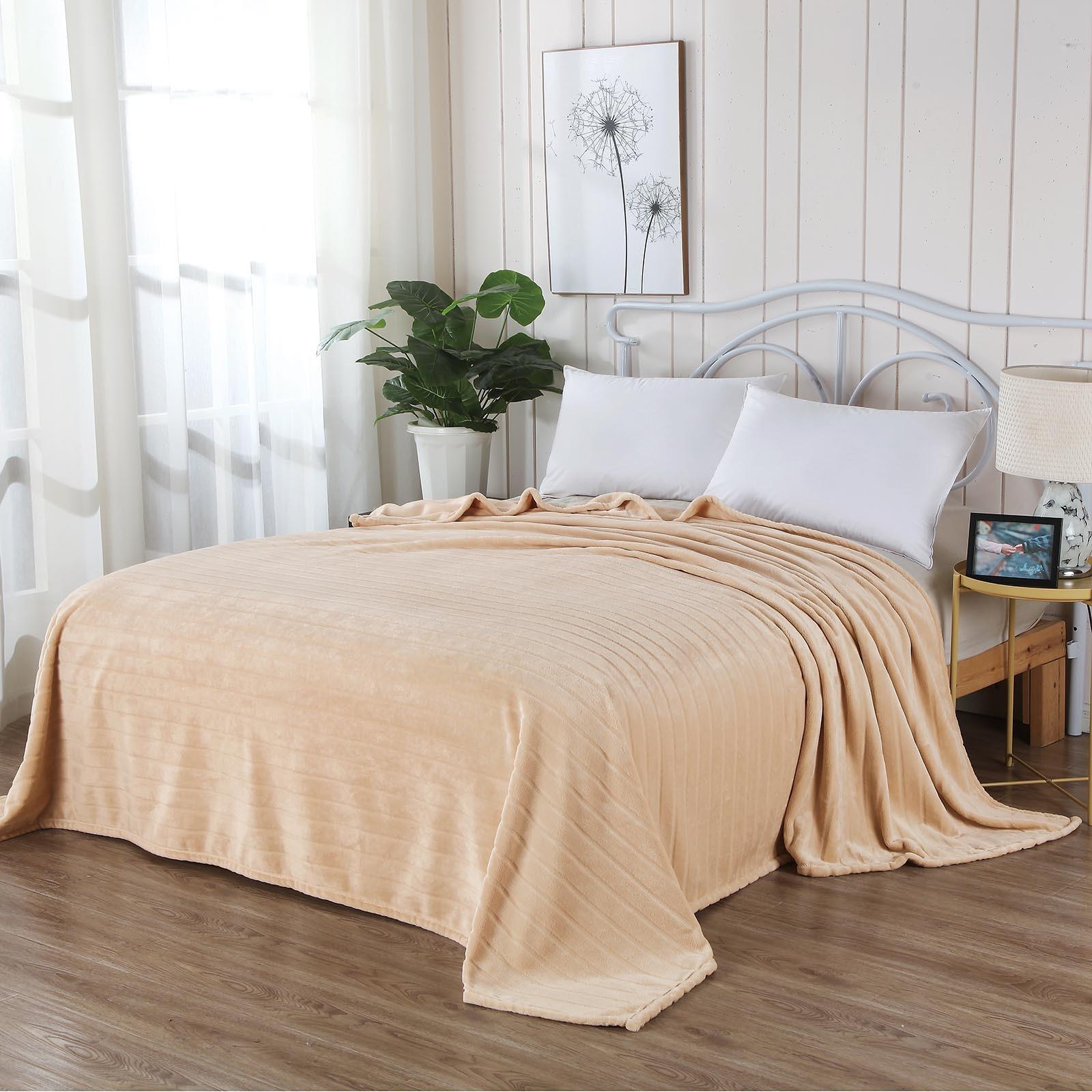 Плед Sofi de Marko Калипсо 1,5, светло-бежевыйПл-К01-160х220Роскошное покрывало, созданное со вкусом и элегантностью, позволяет сделать спальню самой интимной частью дома. Для того, чтобы спать по-королевски. Вы можете позволить себе изысканный текстиль Sofi De MarkO, созданный из благородных тканей в античном стиле, классицизме, ампир или рококо. Роскошные дизайны, стильная драпировка и торжественность - основные черты нашей продукции. С коллекцией покрывал Sofi De Marko Вы откроете неиссякаемый источник творчества для создания интерьера Вашей мечты!