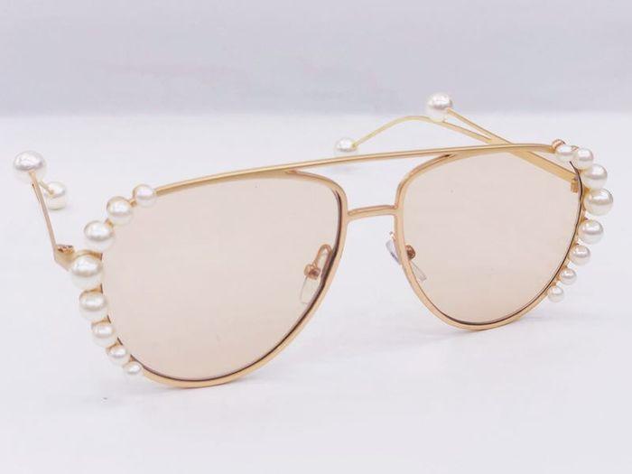 Очки солнцезащитные Vitacci SG1673SG1673Очки – отличный способ защитить зрение от вредных солнечных лучей, а также завершить элегантный образ утонченным стильным аксессуаром. Любые солнцезащитные очки требует к себе бережного и аккуратного отношения. И если вы хотите продлить срок службы этого тонкого оптического прибора, научитесь ухаживать за ним. Как ухаживать за солнцезащитными очками? Это сделать не очень трудно, главное, знать несколько правил и использовать строго отведенные средства и материалы для очистки линз. Салфетка из микрофибры Преимущества микрофибровых салфеток и салфеток из нетканого микроволокна в том, что при протирке они не оставляют волокон, царапающих линзы. Такая салфетка будет лучше впитывать воду, чем обычная ткань. Время от времени ее нужно стирать для очистки от пыли и грязи. А приступая к протиранию очков, убедитесь, что салфетка чистая и не содержит инородных веществ, песок, например. Любая другая салфетка, носовой платок или полотенце навредят очкам и расцарапают их линзы. Очищающие одноразовые салфетки Специальные одноразовые салфетки пропитаны спиртом, не оставляют разводов и обладают антибактериальными свойствами. Они изготовлены из мягкого волокна, которое не оставляет царапин на стеклах и удаляет пыль даже в местах соприкосновения линз и оправ. Такие салфетки можно приобрести в специальных магазинах оптики. Спреи-очистители Для более тщательной очистки можно использовать специальные спреи, которая содержат активные вещества, удаляющие грязь различного рода: от пыли, жирных пятен,...