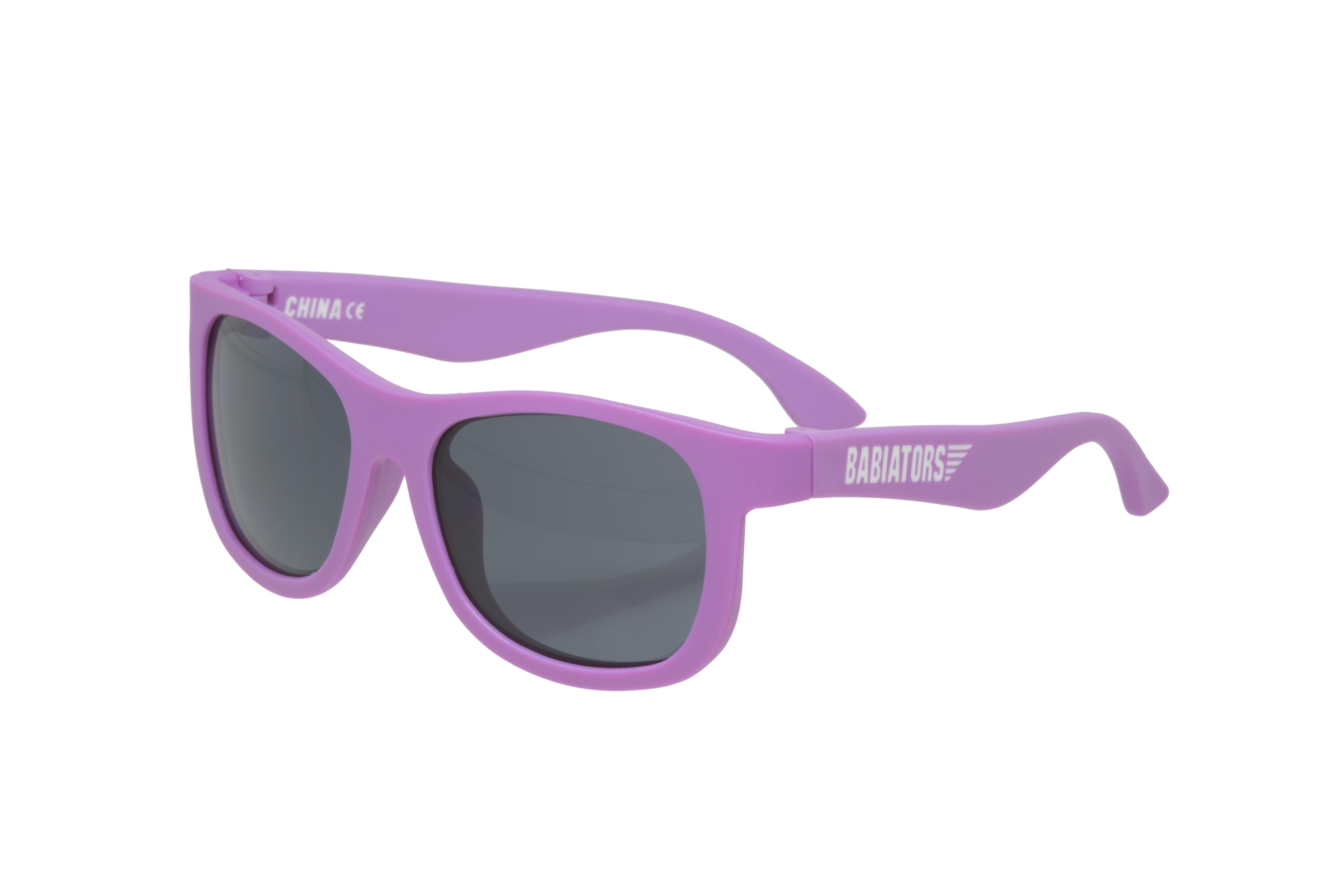 Очки солнцезащитные Babiators, LLC NAV-005NAV-005Возраст 0-2 годаПолучившие множество наград солнцезащитные очки Babiators (Бэйбиаторы) - самые стильные авиаторские очки для любознательных малышей, ищущих приключения. Оправа этих очков сделана из гибкого прорезиненного материала. Они обеспечивают 100% защиту от солнца, и именно их носят детишки многих знаменитостей во всём мире.Babiators это ещё и единственные в мире очки, на которые мы даём гарантию от потери: если малыш потеряет или сломает свои Babiators в течение 1 года после покупки, то мы произведём замену... Гарантируем!Бэбиаторы помогают маленьким пилотам быть стильными и веселиться в полной безопасности одновременно.Основные достоинства:Гарантия от потери или поломки в течение 1 года;Прочная, гибкая (не говоря уже о стиле!) прорезиненная оправа;100 % защита от UVA и UVB солнечных лучей;Ударопрочные линзы;Стильные: выбор многих голливудских звёзд.Junior Babiators (от 0 до 2 лет) подходят большинству детей в возрасте от 6 мес. - до 2 лет. Classic Babiators подойдут большинству детей от 3 до 5 лет. Возможны расхождения в зависимости от размера головы ребёнка. Если вы думаете, что ваш малыш попадает где-то между этих размеров, то мы рекомендуем заказывать меньший размер.Размер 0-2: Длина оправы: 10 см. Высота оправы: 3,8 см. Длина дужек: 10 см.Размер 3-5: Длина оправы: 11 см. Высота оправы: 4 cм. Длина дужек: 11 см.