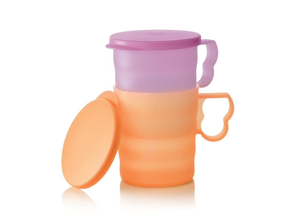 ТермокружкаИ34, сиреневый, оранжевыйИ34Преимущества: Хранение – крышка позволяет сохранить свежесть напитка в холодильнике.Идеальна для пикника – крышка защитит содержимое от насекомых и пыли.Удобно держать - бархатистая и волнистая поверхность позволяет держать кружку даже влажными руками, не боясь уронить.Легко открывается – благодаря специальному хвостику для открывания, расположенному на крышке.Сервировка – кружку можно сервировать на стол, благодаря элегантному дизайну.Безопасность – специальный волнообразный выступ на ручке защищает ваши пальцы от соприкосновения с горячими стенками чашки.Крышка II класса – жидкость не проливается при транспортировке только в вертикальном положении.Возможности использования: Кружки предназначены как для холодных, так и для горячих напитков.Кружки можно взять с собой на работу и пить из них, к примеру, кофе во время обеденного перерыва.Рекомендации: Дайте блюду или напитку остыть, прежде чем заполнять изделия из коллекции «Очарование», так как от горячих продуктов идет пар, которой создает избыточное давление.