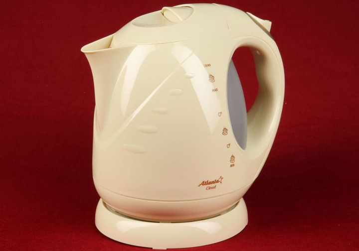 Чайник электрический Atlanta ATH-630 бежевый77.858@21023Фильтр Предохраняет Ваш напиток от накипи, образовавшейся в результате использования жесткой воды. Крышка Оснащена специальным фиксатором случайного открывания и, как следствие, предотвращает получение ожога горячим паром. Автоматическое отключение Чайник отключается сразу после закипания воды. Закрытый нагревательный элемент Элемент может вскипятить быстро необходимое количество воды. Изготовлен из высокопрочной стали, что позволяет его чистить от накипи обычной щеткой.