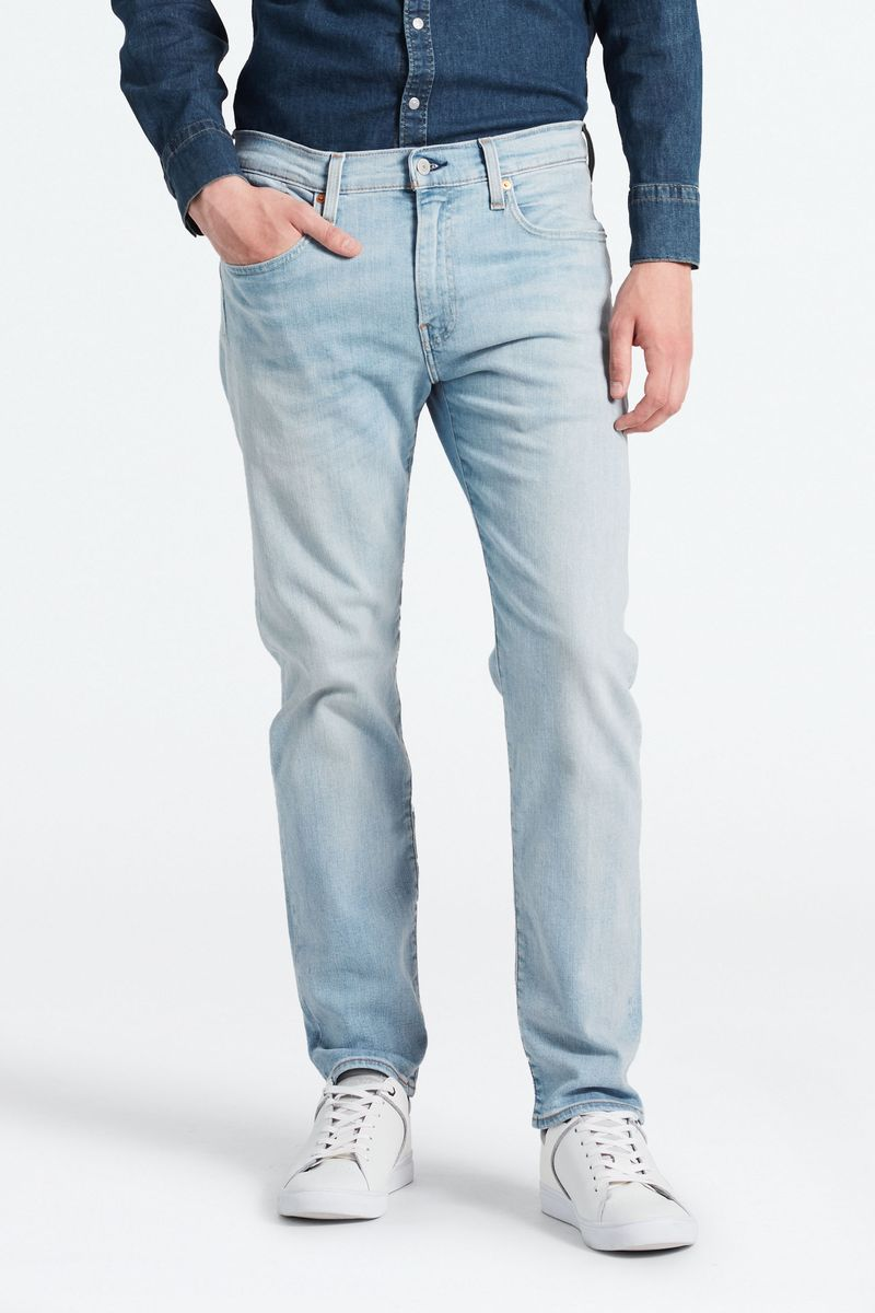 Джинсы мужские Levis® 502 Denim, цвет: светло-голубой. 2950702960. Размер 34-32 (50-32)2950702960Классическая зауженная модель с комфортным кроем в бедрах - современная альтернатива прямым джинсам. Инновационная эластичная ткань обеспечивает комфорт при носке.