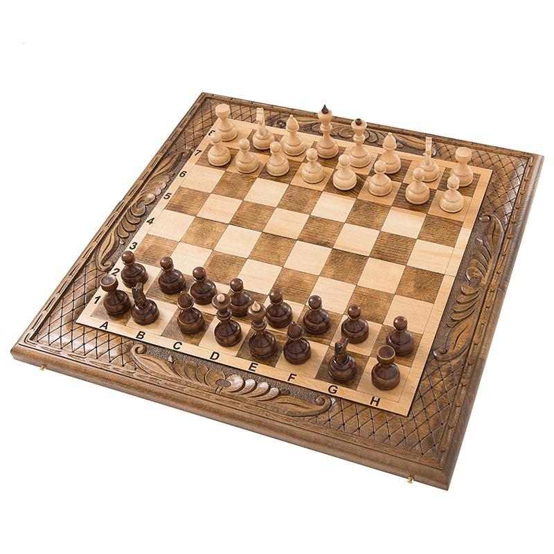 Набор настольных игр Mirzoyan Шахматы + нарды резные 50am453Шикарный комплект, купив который, вы получаете не 1, а целых 3 игры, различной степени сложности. Также заслуживает внимания и внешнее оформление, которое здесь выполнено полностью вручную. Работает над ней мастер с мировой известностью – Артур Мирзорян, что уже говорит о многом. Купить его можно, как для себя самого, чтобы потом хвастаться перед друзьями, так и на подарок близкому другу, родственнику или коллеге. Несколько важных преимуществ Создается данная доска из древесины бука, которая известна множеством положительных сторон. Во-первых, это высокая прочность, благодаря чему она способна сопротивляться механическим повреждениям. Также она практически не реагирует на изменение температуры, а для улучшения сопротивления влажности, сверху поверхности покрываются несколькими слоями лака. Именно благодаря ему появляется изысканный блеск, как будто говорящий – это продукт самого лучшего качества. Данное дерево очень долговечное и при бережном отношении может прослужить несколько десятков лет, и вам не придется думать о повторном приобретении. Его обрабатывать сравнительно просто, что и позволяет добиться интересных форм и возможности нанести красивую резьбу. Петли и крючки здесь бронзовые, поэтому можно быть уверенным, что они выдержат более сотни циклов открывания. Достойное украшение Касательно внешнего оформления, тут в первую очередь бросаются округлые формы самой доски. На обеих поверхностях выполняется узорчатая резьба, подчеркивающая принадлежность к элитному классу. Л...