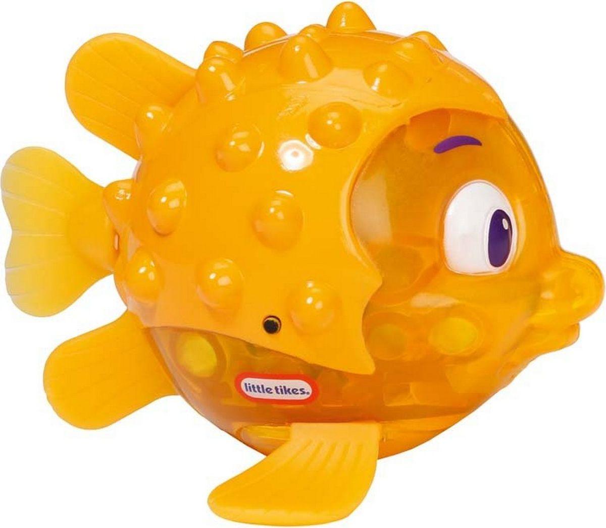 Интерактивная игрушка Little Tikes Блестящая бухта Рыбка Огонек Иглобрюх, 638237M638237MИнтерактивная игрушка «Блестящая бухта. Рыбка Огонек: иглобрюх» от производителя Little Tikes очень похожа на настоящую, умеет плавать и светится в воде.У рыбы толстое как шарик туловище с шипами как у настоящего иглобрюха, жёлтый полупрозрачный герметичный корпус, внутри которого встроены двигательный механизм и светодиодная лампочка.Стоит положить рыбешку на поверхность воды, как она начнет светиться и махать хвостом, плывя вперед как живая! Дети от 3 лет будут просто в восторге от этого зрелища!Специальный встроенный датчик обнаруживает погружение в жидкую среду и включает работу механизма и свечение огонька. Амплитуда движения хвостом может меняться, что ускоряет или замедляет скорость передвижения рыбки.Оригинальная интерактивная игрушка «Иглобрюх» абсолютно безопасна для игр малышей в воде. Батарейки АG13 в количестве 3 шт. включены в комплект.