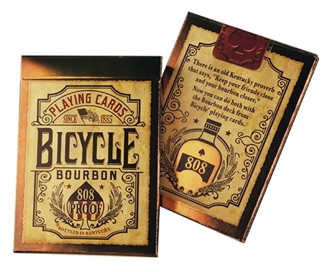 Игральные карты United States Playing Card Company Bicycle BourbonbikeburbonЧто в коробке 52 игральные карты 2 джокера 2 рекламные карты Как гласит американская пословица – «Друга держи рядом, а Бурбон еще ближе». Если вы согласны с этим утверждением, тогда Bicycle Bourbon буквально созданы для вас. По своему внешнему оформлению, данная колода может дать фору большинству других, ведь не зря над ним трудилась несколько месяцев команда дизайнеров. Покупка навсегда За прочность и долговечность тут отвечает многослойный картон, а дополнительную защиту придает пластиковое покрытие. Оно неплохо сопротивляется попаданиям жидкости и не дает появиться деформациям. Во время транспортировки рекомендуется воспользоваться картонной коробкой, которая обезопасит от трещин при падениях. Приобретение для удовольствия На задней стороне красуется изображение бутылки бурбона 808, окруженное сырьем, из которого получают благородный напиток. Лицевая сторона также обладает собственным характером – каждый персонаж, будь то валет, дама или король, держат в руках бокал с напитком. Туз же не только подчеркивает отношение к определенному бренду бренди, но и подтверждает принадлежность к американскому производству. Джокеры – бочки, где происходит продолжительная выдержка. Рисовка и подбор цветовой гаммы выполнены в формате «под старину». Удобно в любых ситуациях Размер здесь используется стандартный, как и в настоящих казино. Это позволяет положить их в карман или сумку, отправляясь в гости, на вечеринку или в любое другое место. Там вы наверняка сможете найти себе соперников, ж...