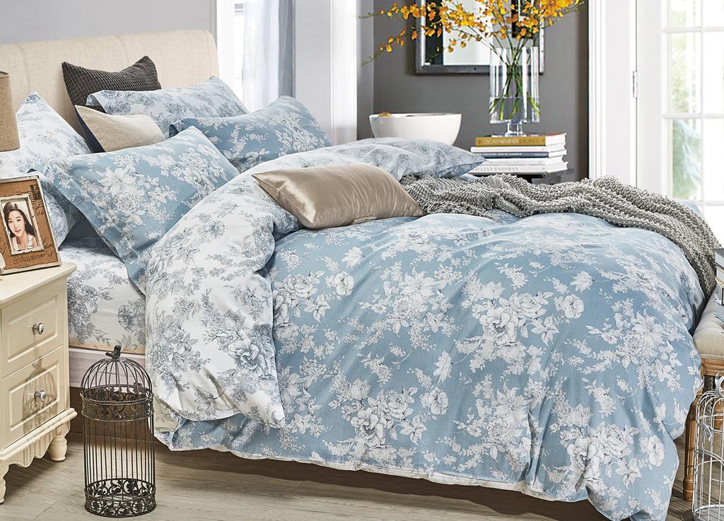 Комплект постельного белья Primavera Classic Бреда, 1090S, синий, 1,5 спальный, наволочки 70x701090S SINGLEМы произвели постельное бельё из качественного сатина, плотностью 115 гр./кв.м. или 195T (128x68) и печатью пигментным красителем. При пошиве использовались ткани-компаньоны (2 дизайна), у простыни использован скатертный подгиб, все внутренние швы типа оверлок, пододеяльник с застежкой молния - 65 см. Придали ткани мягкость, чтобы обеспечить Ваш комфорт. Всё это сделано для Вас.