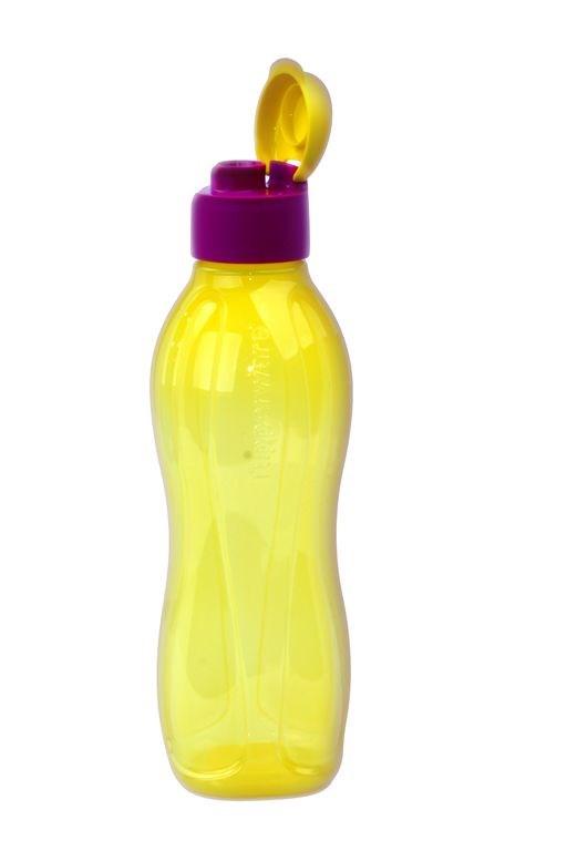 Бутылка для воды Tupperware И65, желтыйИ65Эко-бутылка состоит из основания объемом 750 мл и удобного клапана. Характеристики и преимущества: Основание состоит из прозрачного полимера, благодаря чему можно увидеть, что и в каком количестве находится внутри. Эргономичная форма и рельефная поверхность основания способствует очень легкому и удобному захвату бутылки рукой. На крышке имеется «хвостик» для удобного открывания. По внутренней окружности крышки располагается кант, благодаря которому крышка плотно навинчивается на широком горлышке бутылки, предотвращая проливание жидкости.Возможности использования: По всей планете ежегодно используются миллионы пластиковых и одноразовых емкостей, которые в своем большинстве превращаются в мусор. На естественную переработку этих отходов природа тратит десятилетия, что наносит существенный урон экологии нашей планеты. Компания Tupperware® представляет идеальную альтернативу одноразовой бутылки — Эко-бутылку — изделие многоразового использования, которое снабжено логотипом «ECO» и помогает защите окружающей среды и нашего будущего. Изделие без труда помещается как в дверь холодильника, так и в небольшой рюкзак.Важно! Эко-бутылку нельзя ставить в морозильную камеру и использовать при разогреве в СВЧ печи. Изделие не предназначено для хранения и транспортировки горячих напитков более 85°С. Окрашивание изделия не влияет на его функциональные качества. Гарантия качества Tupperware при правильном использовании изделия - 30 лет.