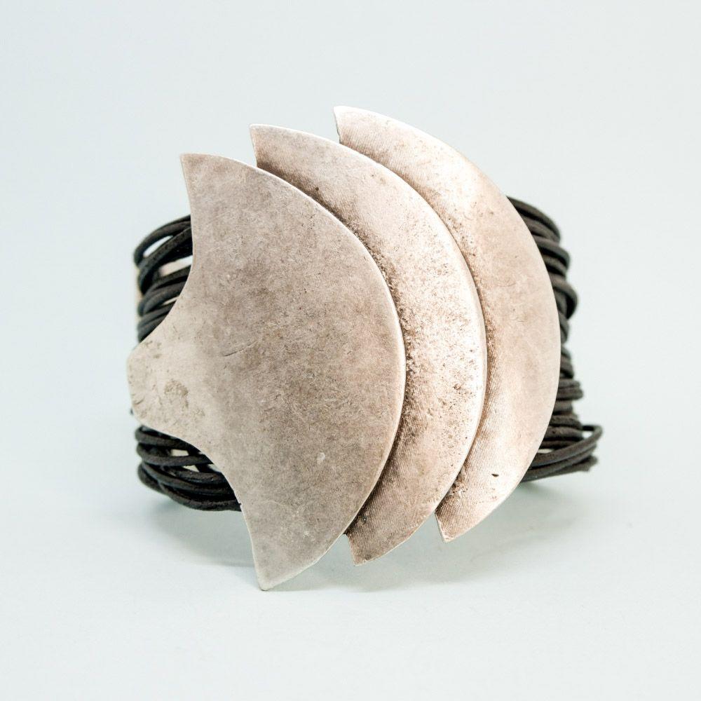 Браслет бижутерный OTOKODESIGN 53447, Бижутерный сплав, 16 - 20 см, серебристый53447Металлический браслет с кожей. Стильный, изящный аксессуар, который дополнит образ успешного, состоявшегося человека! Можно смело сочетать с ювелирными украшениями (например, часами) или другими браслетами.
