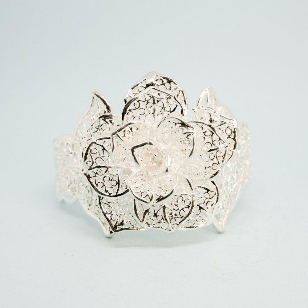 Браслет бижутерный OTOKODESIGN 52923, Нержавеющая сталь, 18 см, серебристый52923Женский браслет в виде Ажурной Розы. Стильный, изящный аксессуар, который дополнит образ успешного, состоявшегося человека! Можно смело сочетать с ювелирными украшениями (например, часами) или другими браслетами.