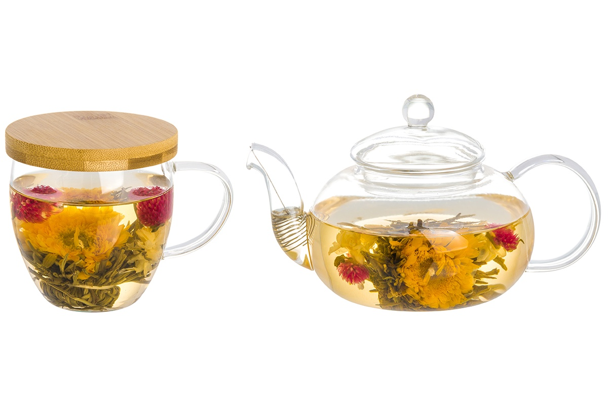 Набор чайный Elan Gallery Блик, прозрачный210033+2Кружка объемом 400 мл серии «Блик» выполнена из высококачественного жаропрочного стекла, деревянная подставка из натурального бамбука. У кружки удобная стеклянная ручка, а подставку можно использовать как крышку, чтобы дольше сохранить напитки горячими. Кружка идеально подходит для чая и кофе, а капучино и латте будет смотреться в ней очень привлекательно и аппетитно. Кружка упакована в плотную картонную коробку и послужит прекрасным подарком ценителям качества и эстетики. Чайник объемом 900 мл серии «Блик» выполнен из высококачественного жаропрочного стекла. У чайника бамбуковая крышка, эргономичная ручка и специальная металлическая пружина в носике, которая предотвращает попадание чаинок в чашку. Благодаря жаропрочному стеклу, чайник можно ставить на подставку со свечой. Чайник идеально подходит для заваривания любых чаев, так как прозрачное стекло позволяет регулировать крепость настоя. Чайник легко мыть благодаря широкому горлу. Чайник упакован в плотную картонную коробку и послужит прекрасным подарком ценителям качества и эстетики.