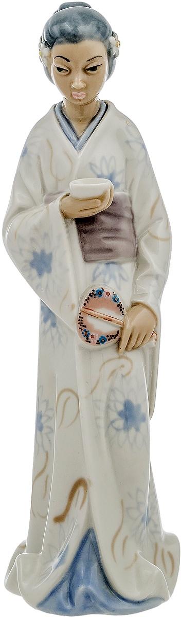 Статуэтка Гейша с пиалой. Фарфор роспись глазуровка. Высота 29 см. Западная Европа вторая половина ХХ века колокольчик леди в шляпке латунь западная европа начало хх века