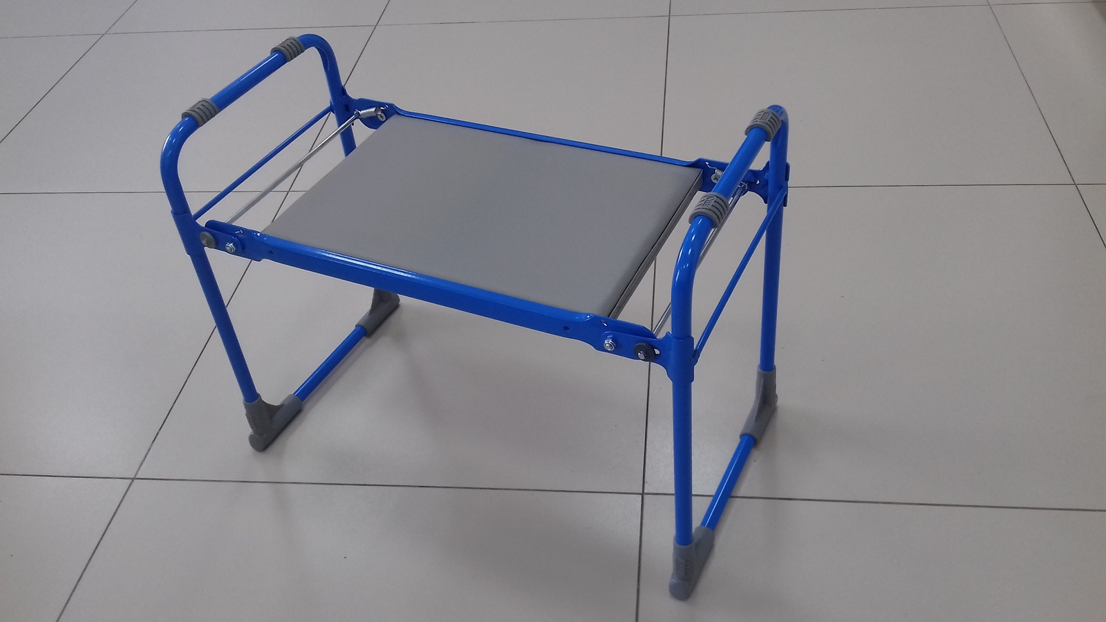 Садовая скамья Ника скамейкаСКМ/гИспользуется в качестве садовой скамейки во время отдыхаи в качестве подставки при выполнении садовых работ.Скамейку можно использовать в качестве стула для рыбалки.В сложенном виде занимает минимум места.мягкое сидение. качественный кожзам.