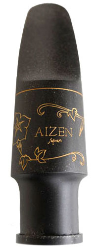 Аксессуар для духовых Aizen TSSOT-836361Мундштук для тенор-саксофона с подковообразной камерой и короткой ножкой для классического и джазового исполнения из композитной титановой резины Новый сверхтвердый материал, разработанный специалистами Aizen, сочетает металлическую смесь на основе титана и фирменную резину Aizen Исключительная мощь и проекция Все мундштуки изготовлены и опробованы вручную Ручная гравировка мастером-гравером из Киото, древней столицы Японии и родины японских ремесел Подковообразная камера и короткая ножка мундштука обеспечивают теплый, мощный звук, легкое дыхание и хороший отклик, исключительный баланс. Мундштук, предназначенный равно для классического и джазового музицирования Пасть 8 (=,110, 2.8 мм) Мундштуки Aizen совместимы с наиболее популярными лигатурами размера Selmer