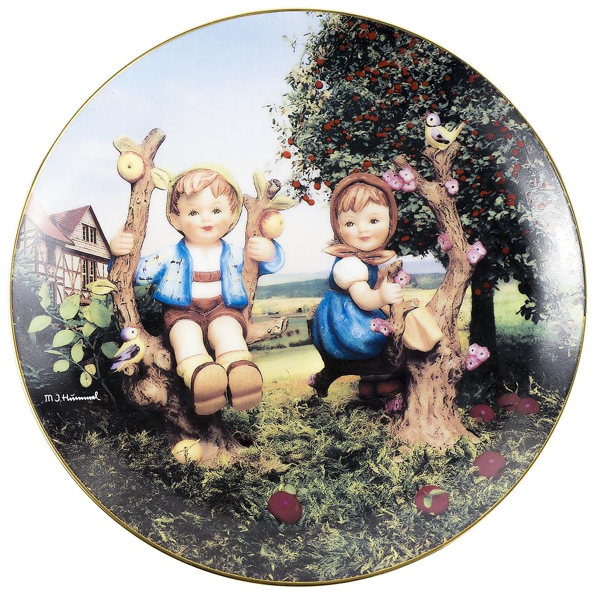 Декоративная тарелка Goebel Мальчик и девочка на яблоне. Фарфор, деколь, золочение. Швейцария, вторая половина ХХ века декоративная тарелка goebel сюрприз фарфор деколь золочение швейцария вторая половина хх века