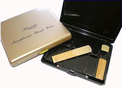 Аксессуар для духовых Rigotti ESA/10PGя4711-53Пластиковая коробочка для тростей для альт-саксофона. Для 10 тростей, цвет серебристый Пластиковый футляр на 10 тростей Футляр для тростей свободно помещается в карман Конструкция обеспечивает циркуляцию воздуха