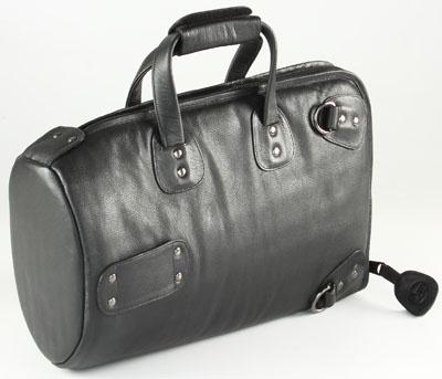 Аксессуар для духовых Talwar Brothers GB-3MLK4627161066032Сумка из натуральной кожи для корнета с надежной системой подвеса инструмента Кожаная сумка для корнета с возможностью переноски в руке, на одном плече или как рюкзак Запатентованная система защиты инструмента Mid Bag обеспечивает его подвес в центре сумки с помощью вставки в раструб и боковых прокладок Раструб защищен с помощью фанерного диска, обшитого плотным поролоном Вся сумка прошита плотным и упругим поролоном для защиты Прокладка из поролона под молнией Надежная латунная фурнитура Надежная молния Внутренний размер 39 x 28 x 12 см Чехол для защиты сумки от влаги в комплекте