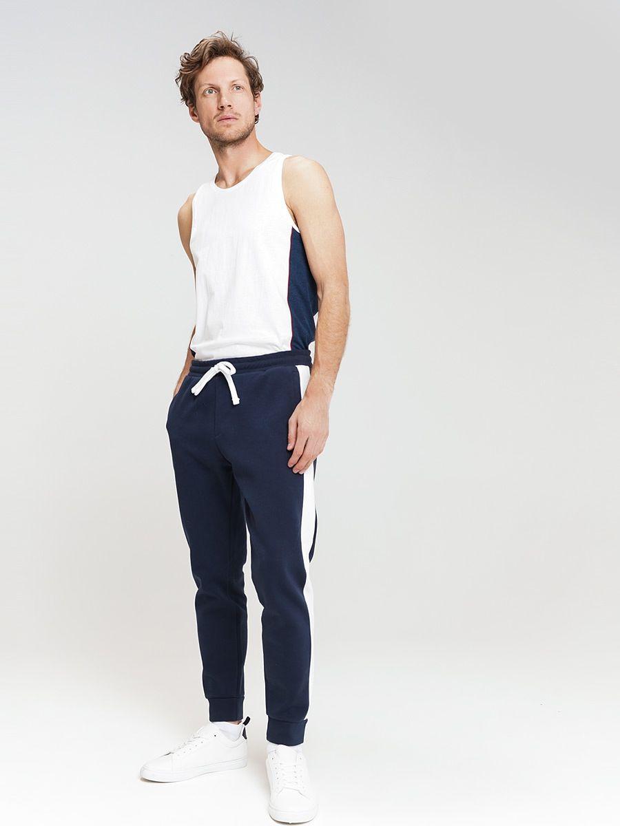 Брюки мужские ТВОЕ, цвет: темно-синий. 59744. Размер M (48)59744Мужские спортивные брюки, выполненные из эластичного хлопка. Зауженная модель, пояс с резинкой и регулируемым шнурком, не сковывают движения и комфортны в носке. Идеально подойдут для создания повседневного и спортивного образа