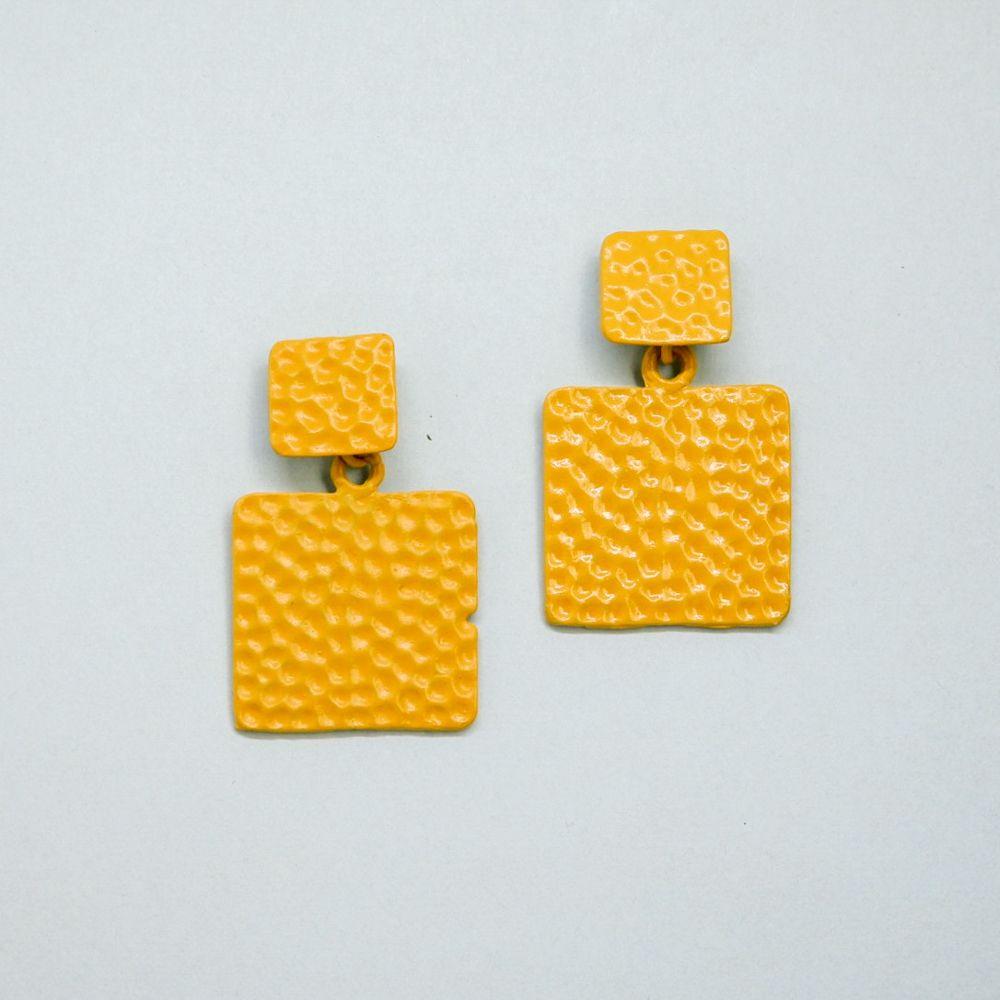 Серьги бижутерные OTOKODESIGN 53939, АкрилСерьги с подвескамиСерьги желтого цвета в форме квадрата с покрытием эмалью. Очаровательное лаконичное украшение способное дополнить любой образ и подчеркнет нежность и женственность любой представительницы прекрасного пола! Серьги изготовлены из облегченного бижутерного сплава с покрытием ювелирной эмалью - долговечного и практичного материала, который будет долго сохранять свой первозданный вид и радовать вас! Швенза из бижутерного сплава с гиппоаллергенным покрытием.